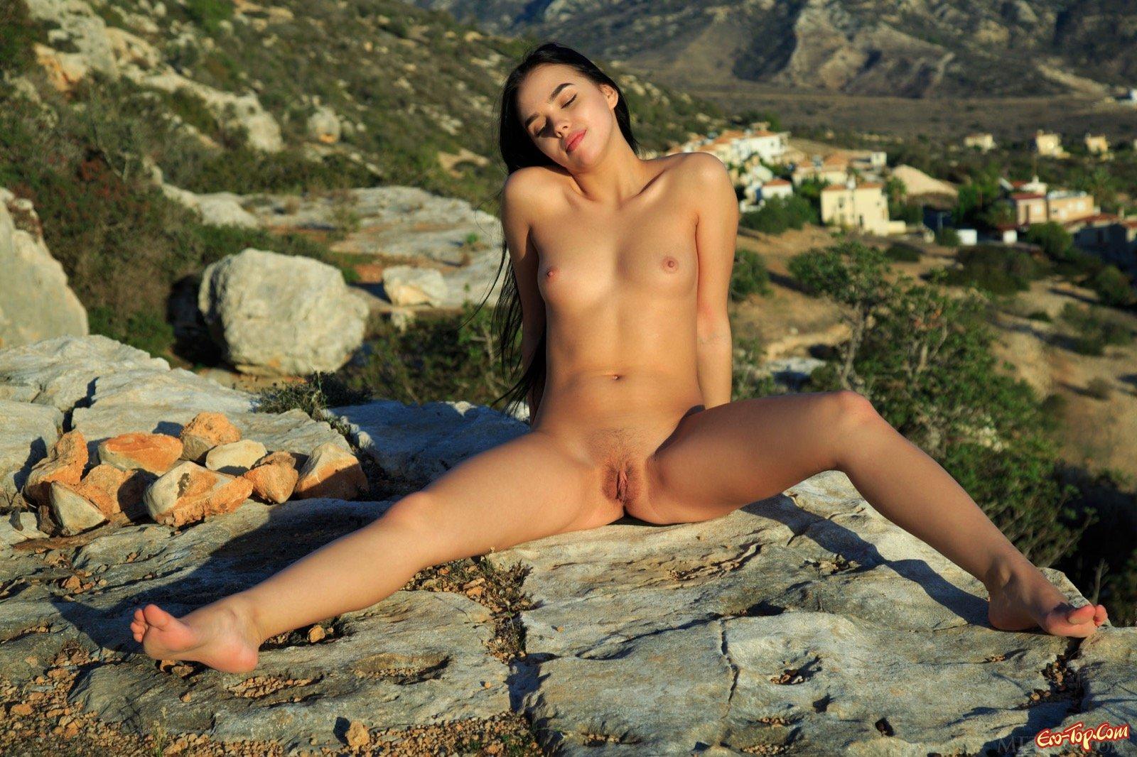 Раздетая шатенка с маленькой грудью в горах