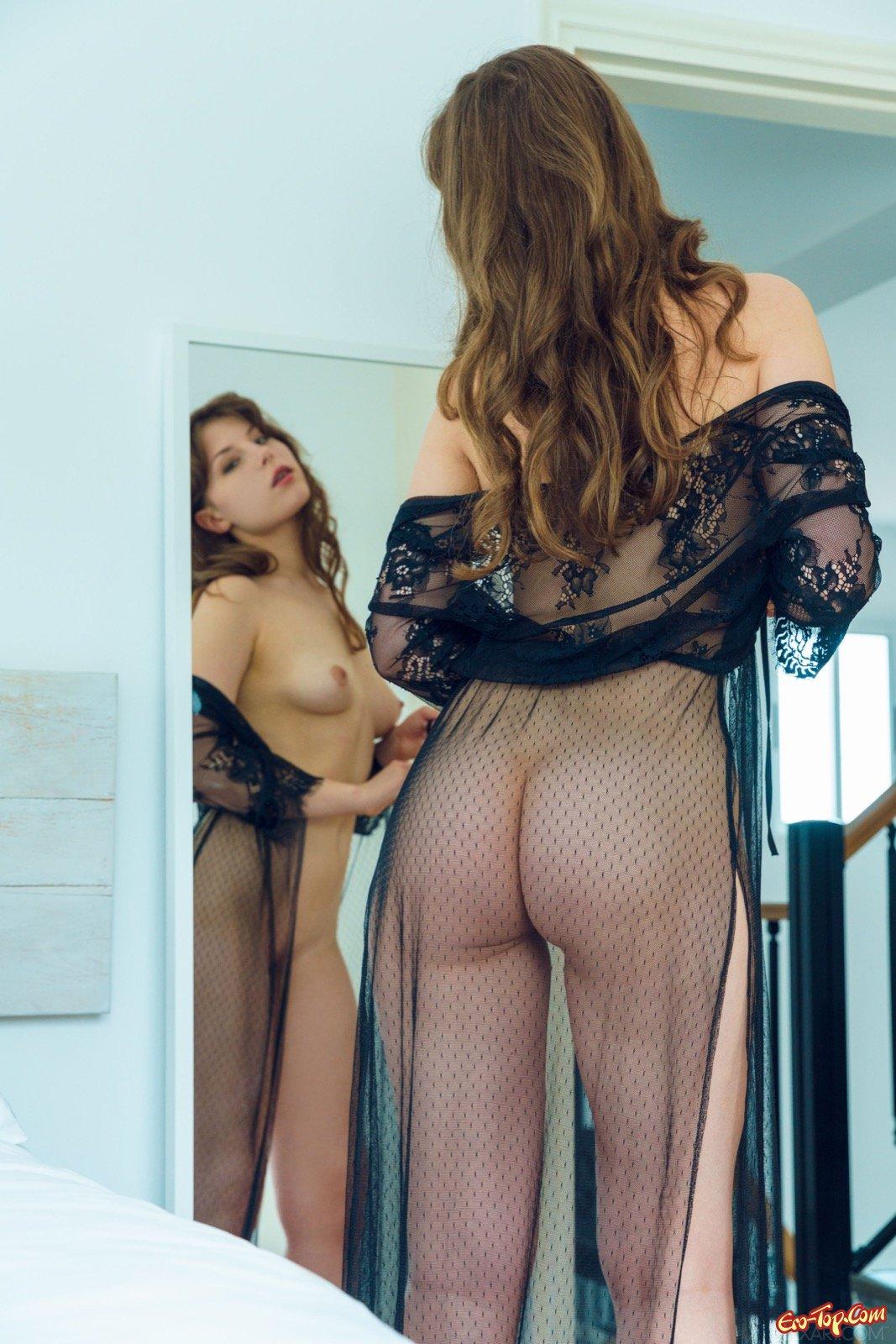 18-летняя барышня с привлекательной сракой в прозрачном халате