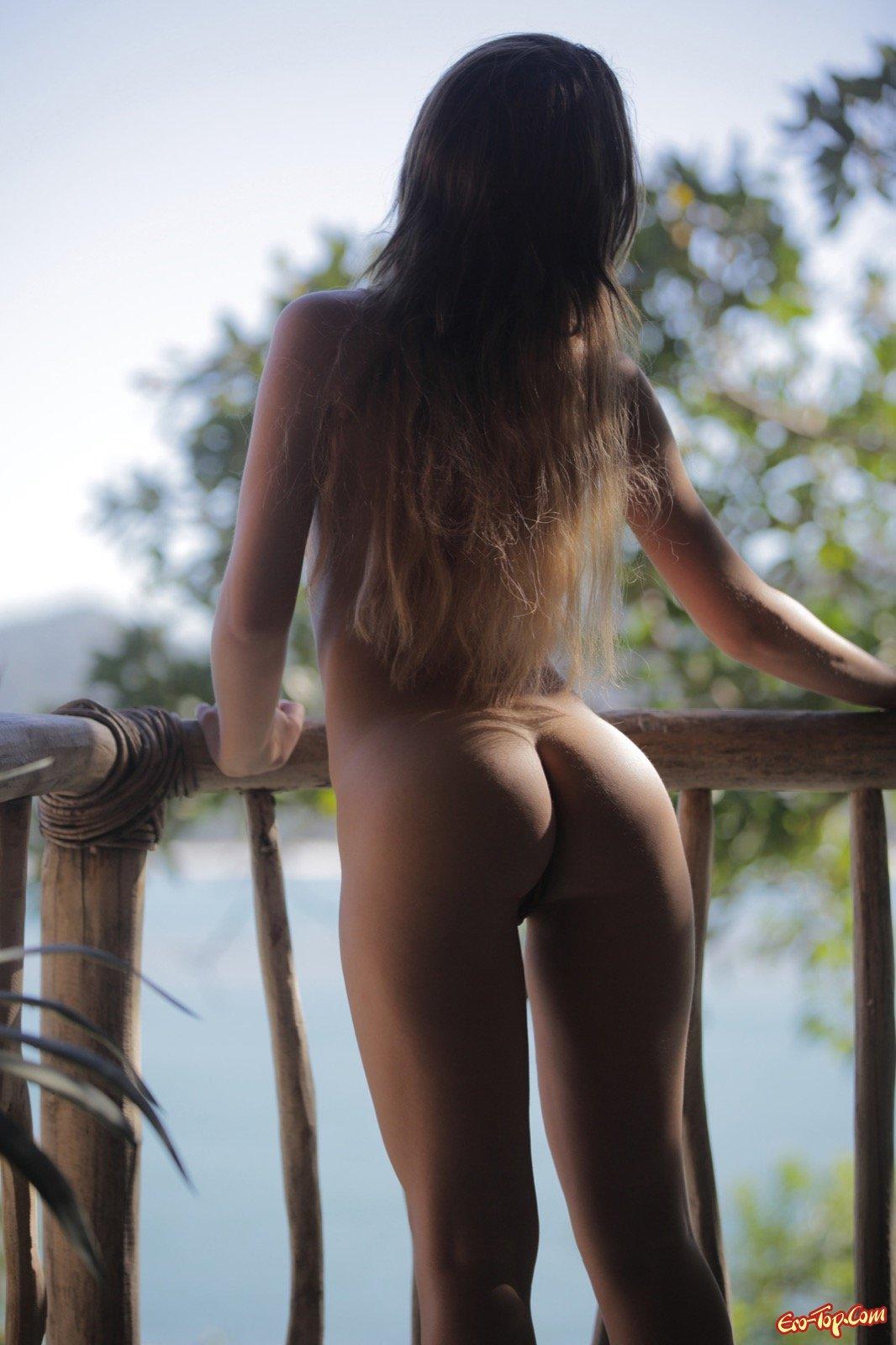 Проститутка с прекрасными титьками разделась на балконе смотреть эротику