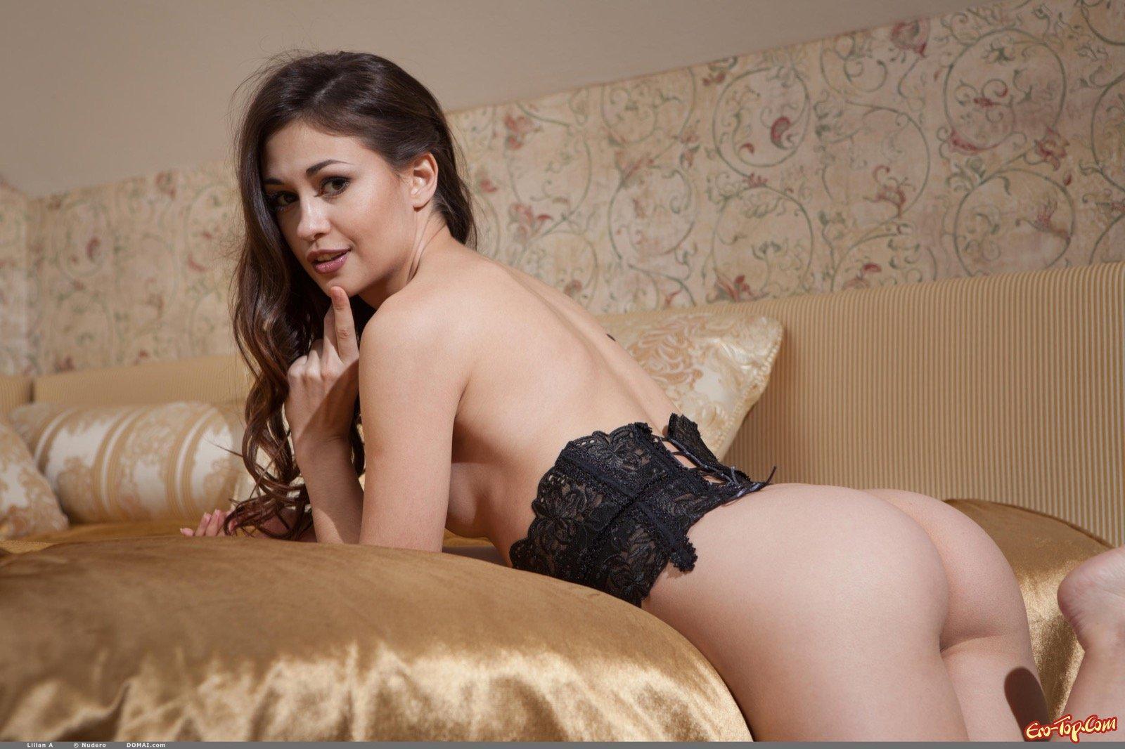 Красавица в корсете демонстрирует сексуальное тело