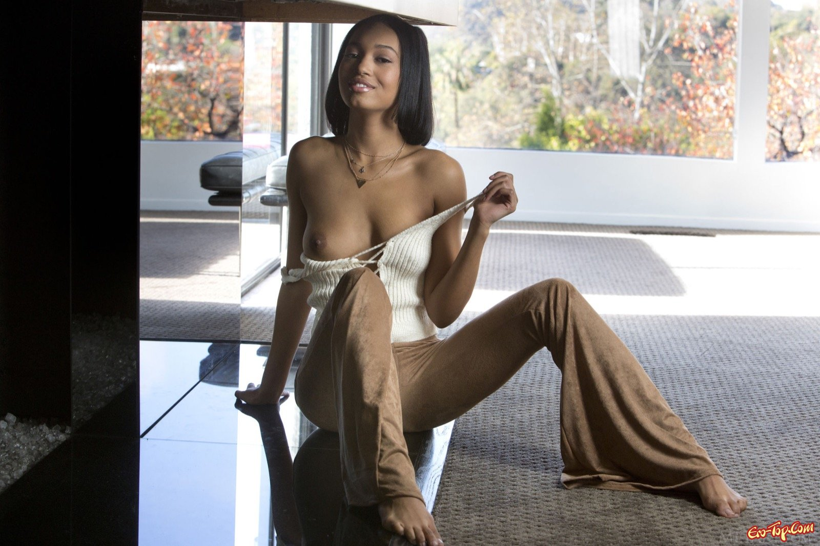 Чернокожая девушка с красивым телом позирует голой