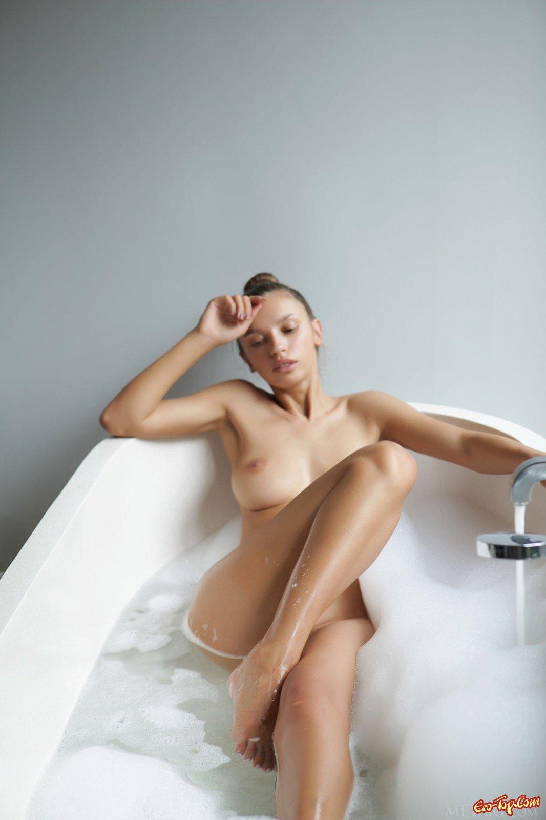 Сексуальная девушка намочилась в ванной