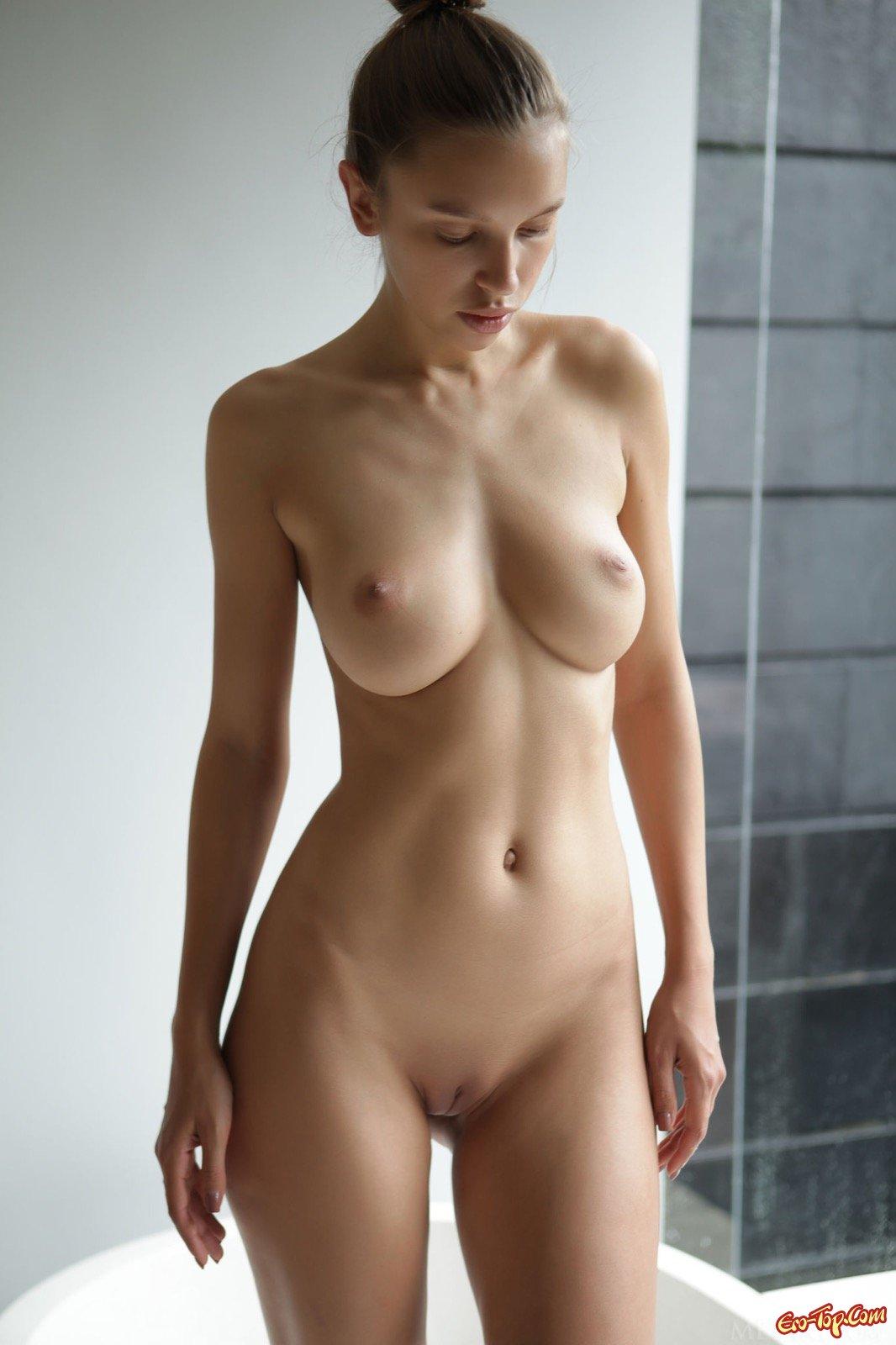 Сексуальная телка намочилась под душем