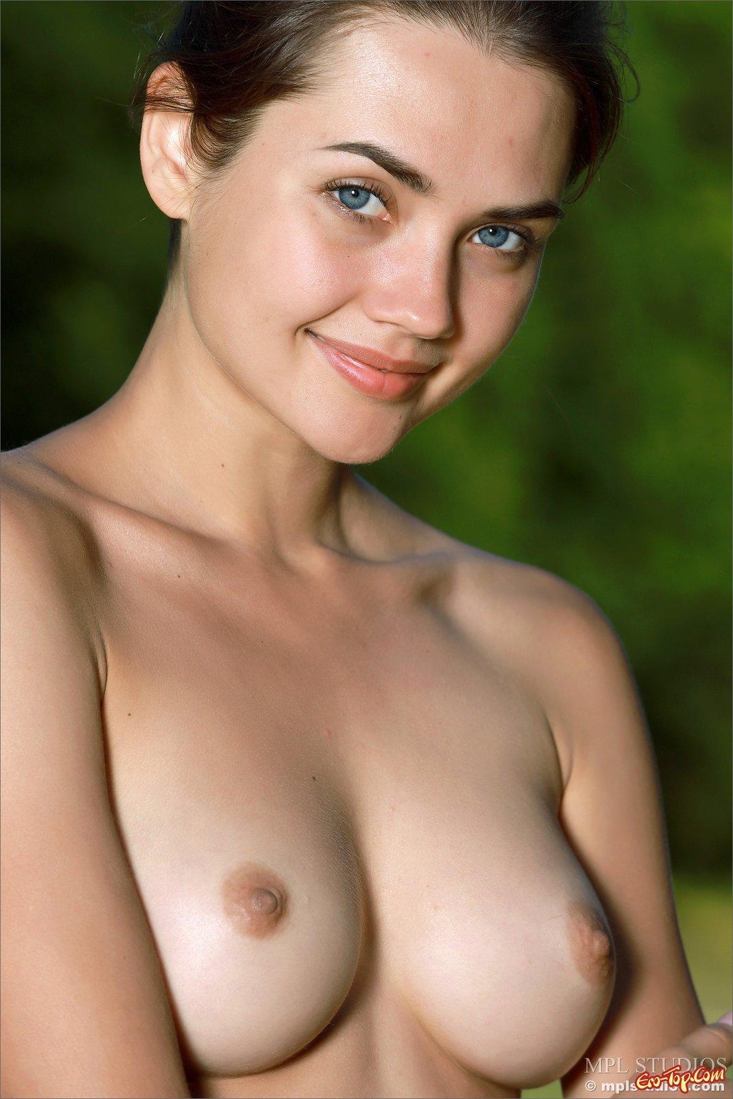 Обнаженная голубоглазая сучка делает селфи в поле секс фото
