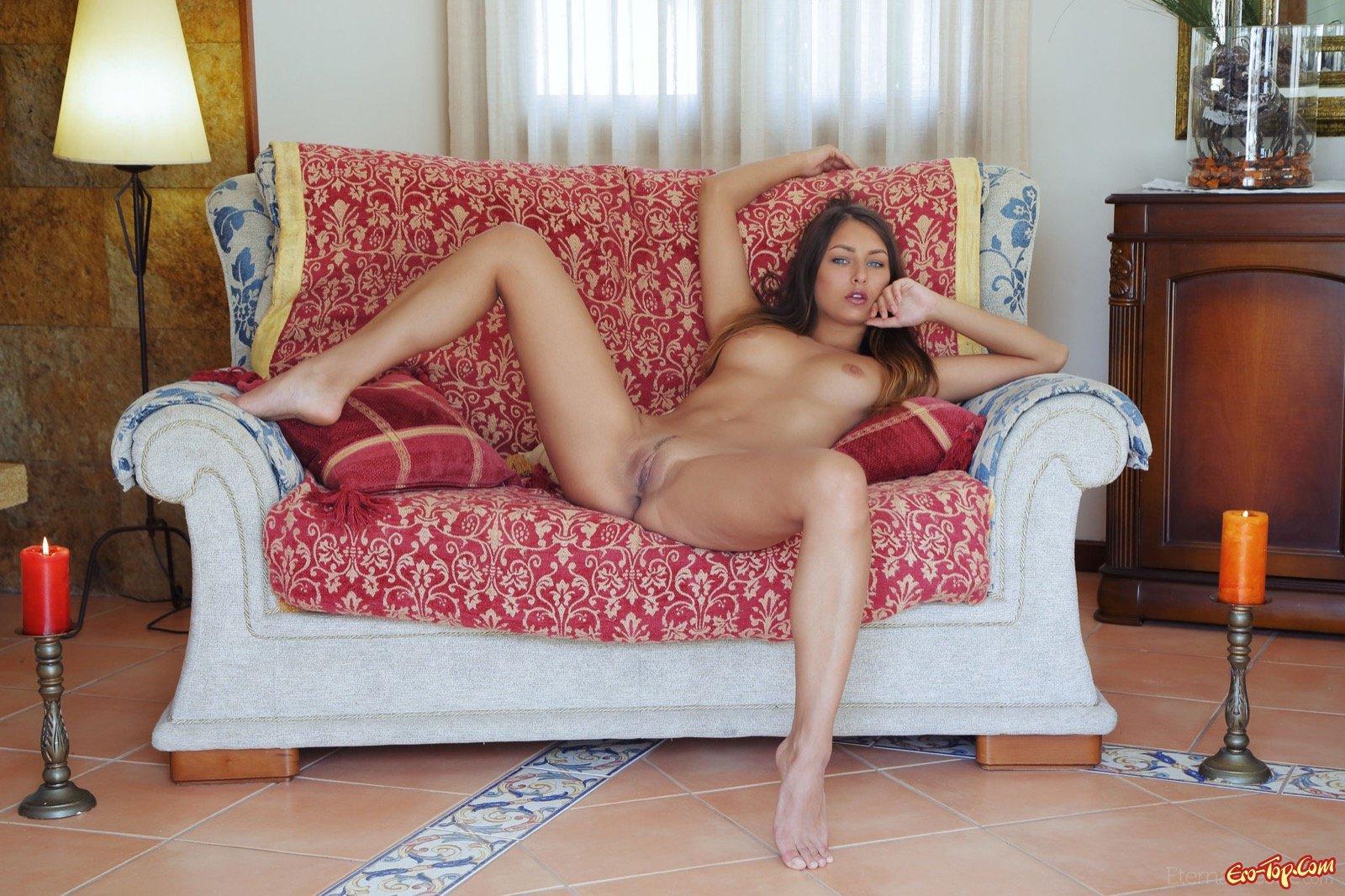 Красотка сняла платье и раздвигает ножки на диване