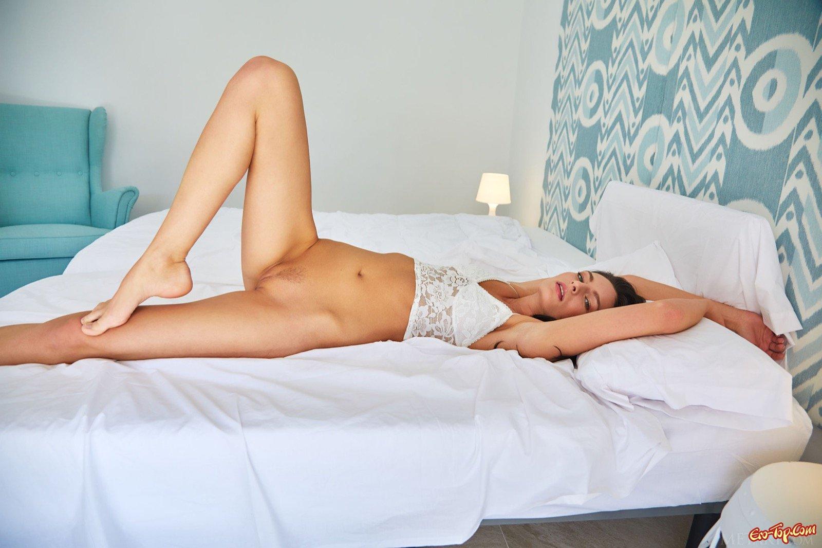 Прекрасная брюнеточка с возбужденной пиздой в кровати