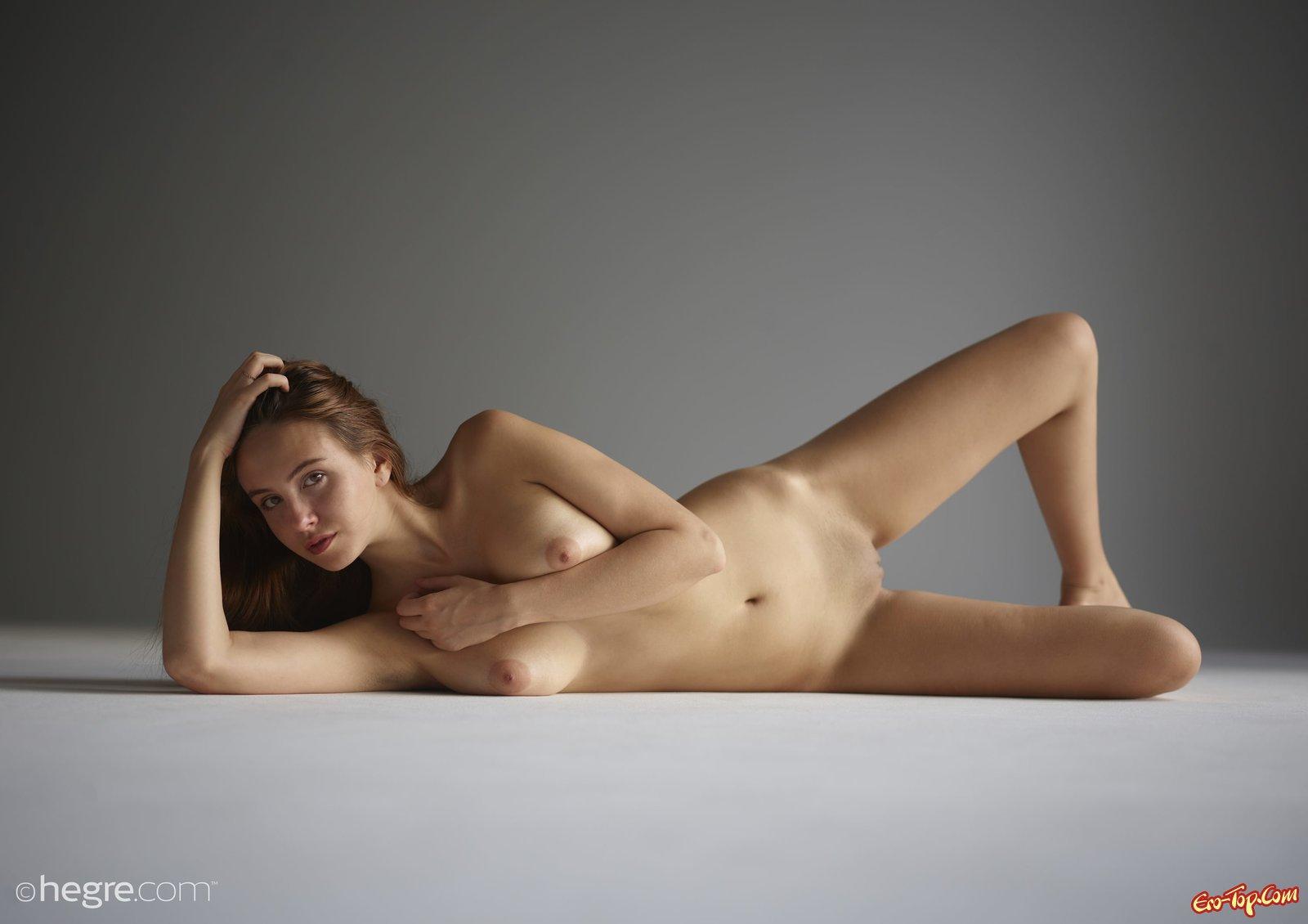 Обнаженная модель с шикарным телом