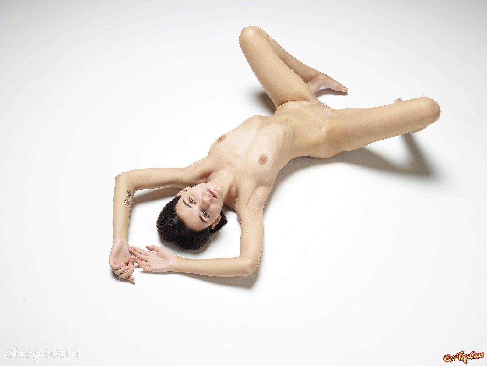 Сексуальная молодая модель с короткой стрижкой
