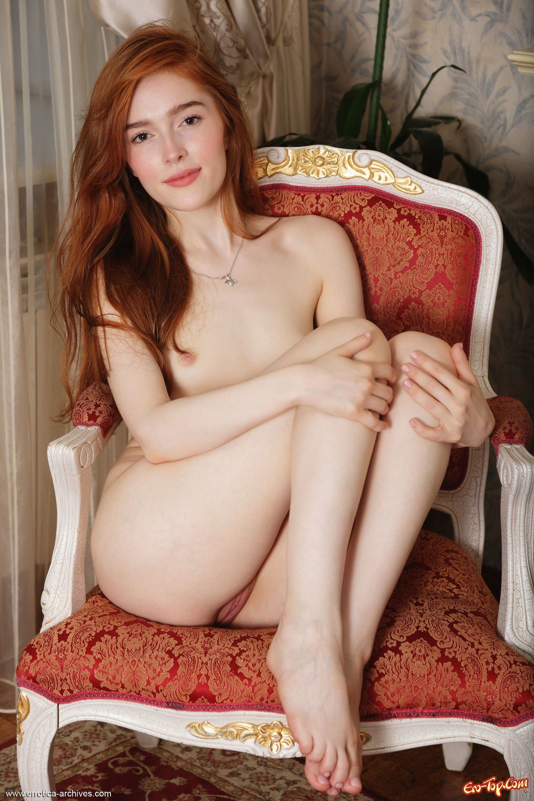 Рыженькая в кружевном нижнем белье оголилась на стуле