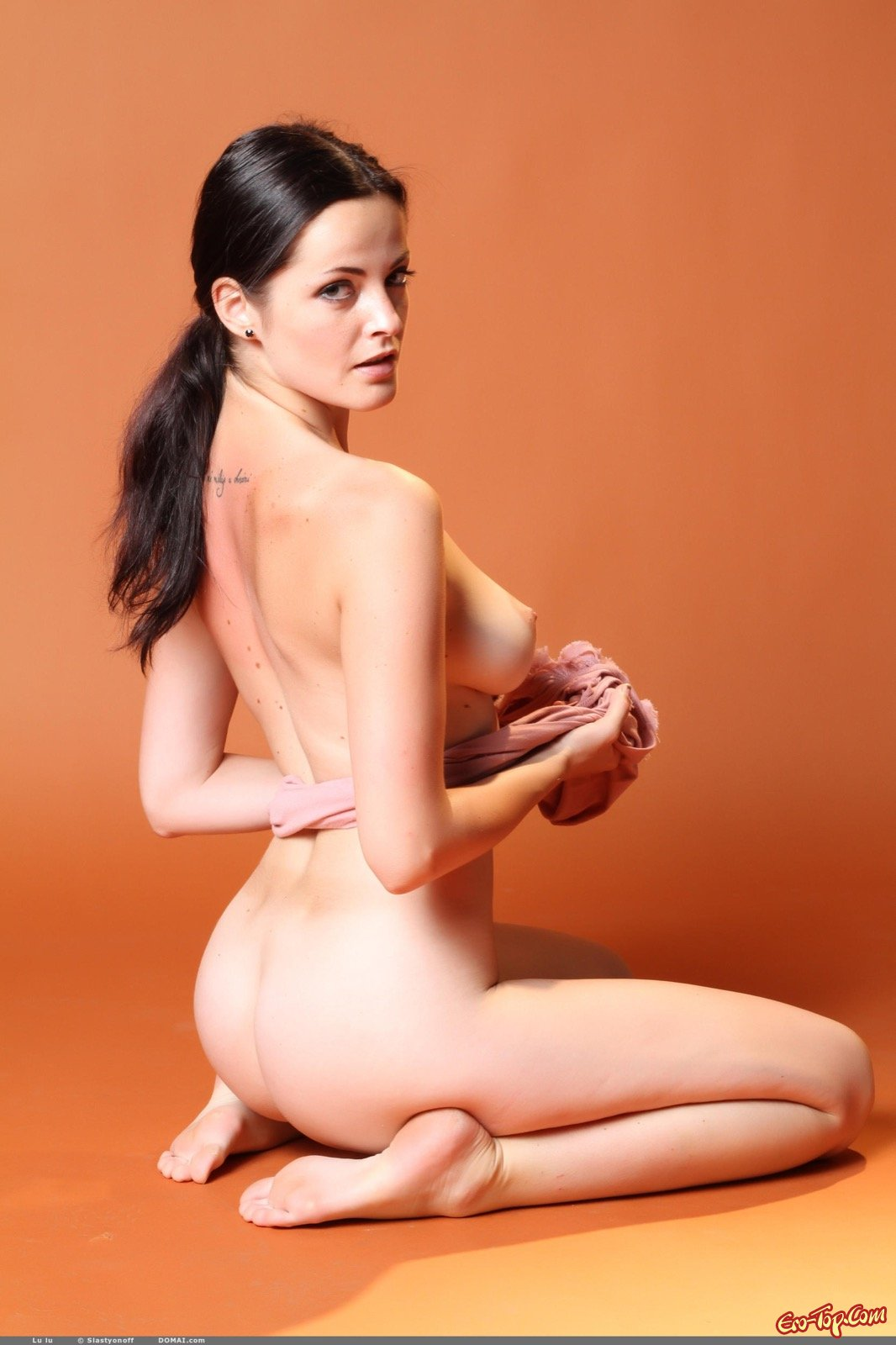 Симпатичная девушка засвечивает натуральные сиськи