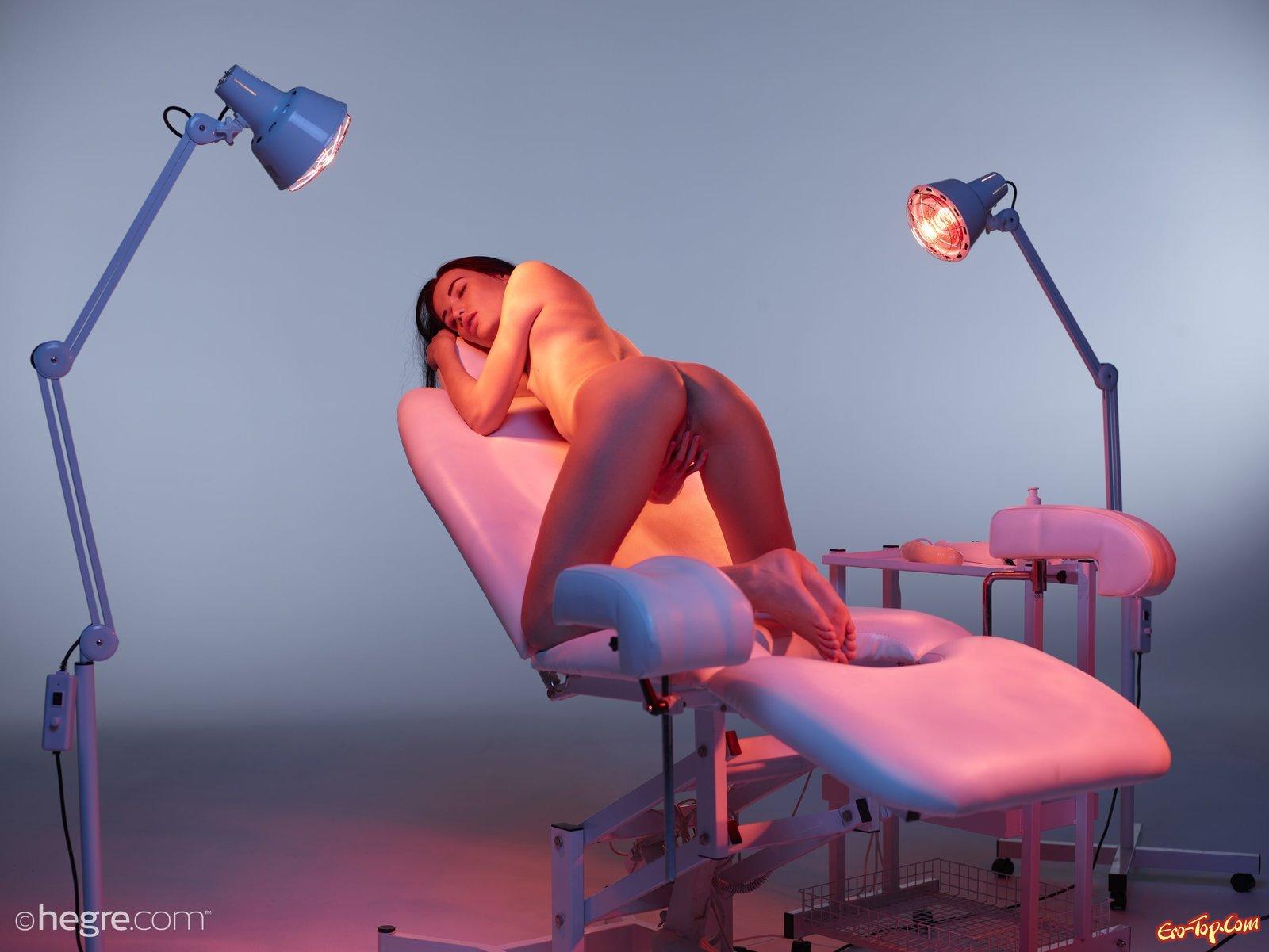 Голая девушка на гинекологическом кресле