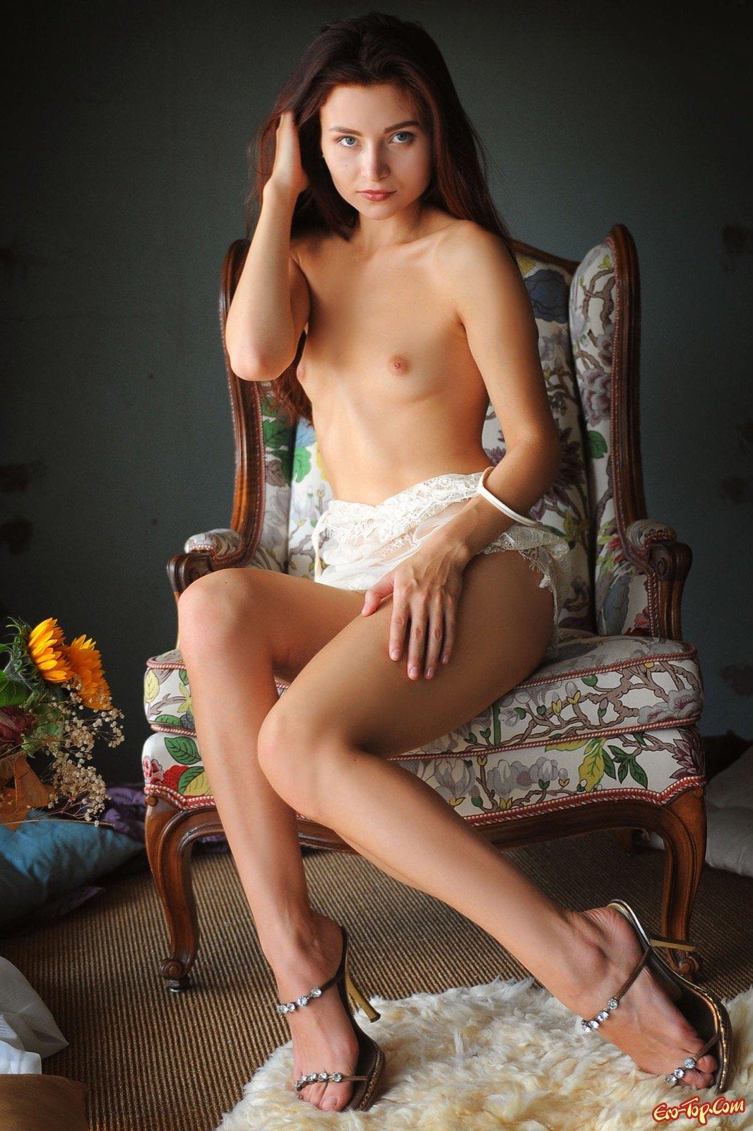 Развратная особа с красивой голой киской
