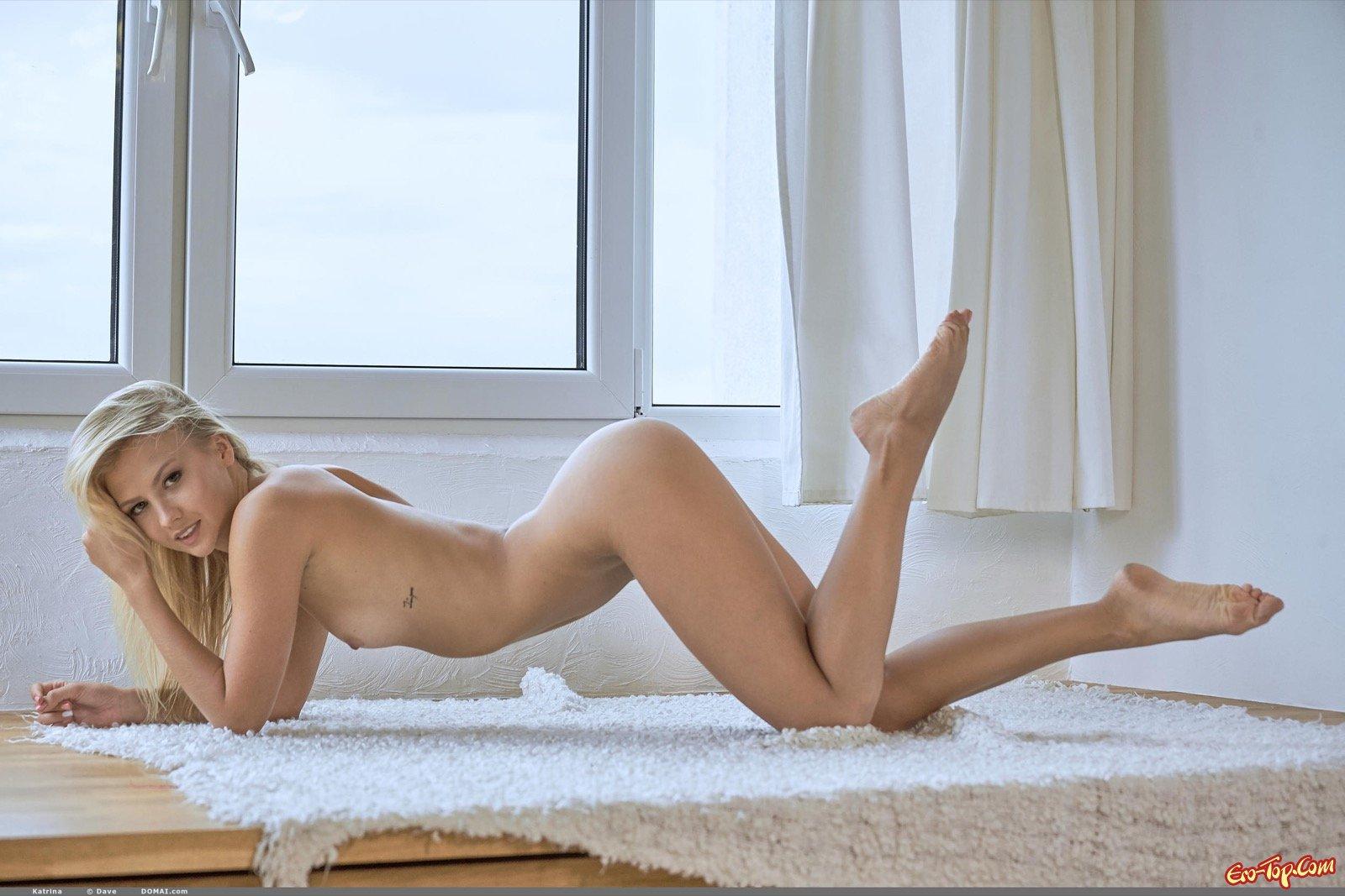 Голая блондиночка с хорошенькими красивыми ножками