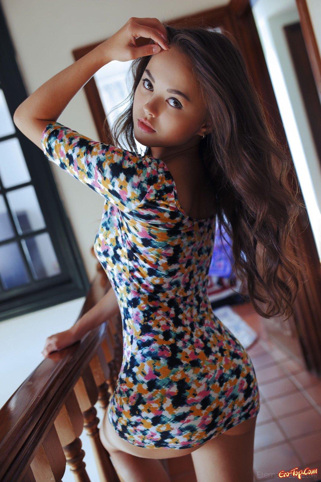 Симпатичная чика в коротком платье без трусов
