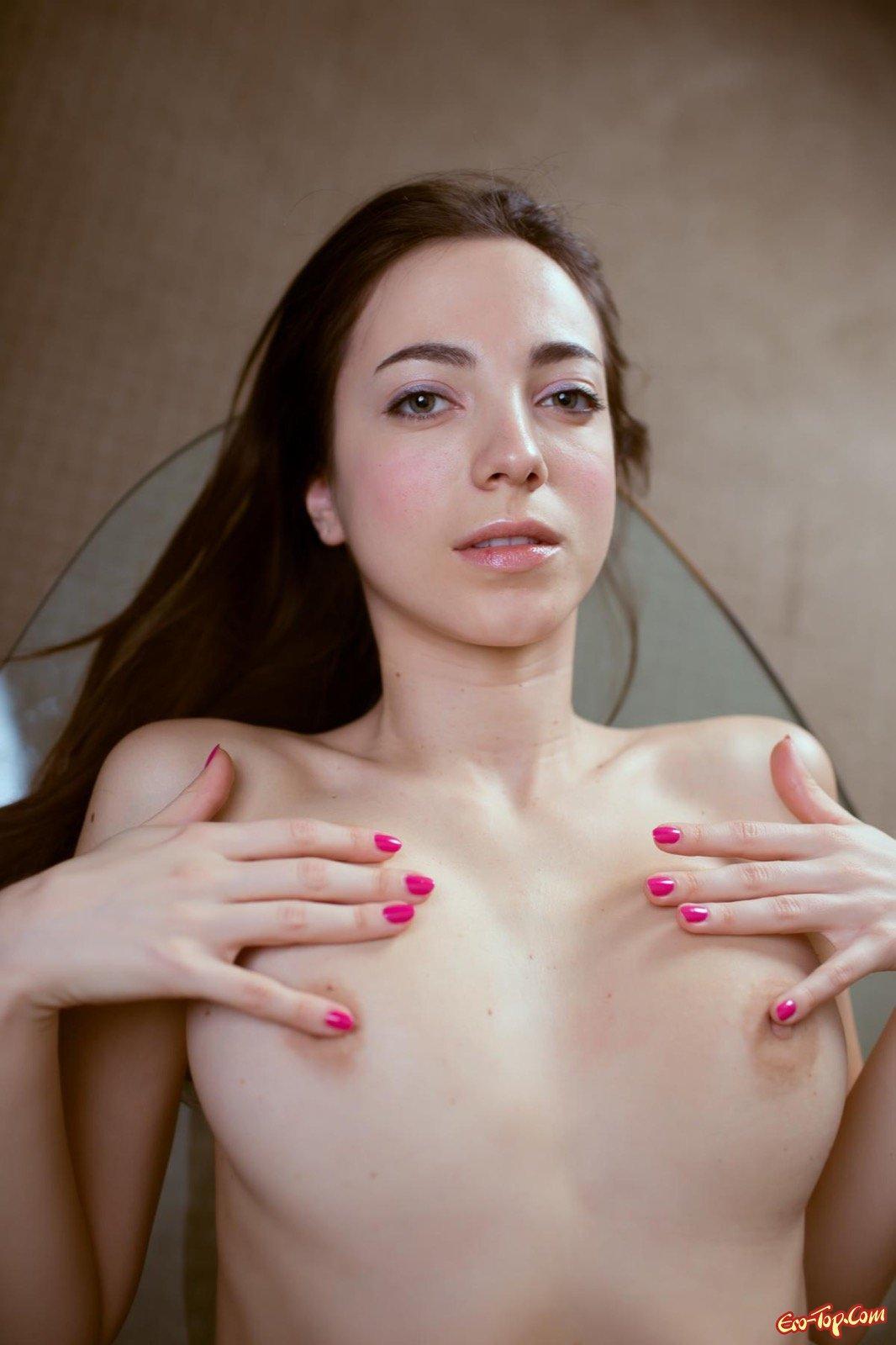 Голенькая девушка с красивым упругим телом