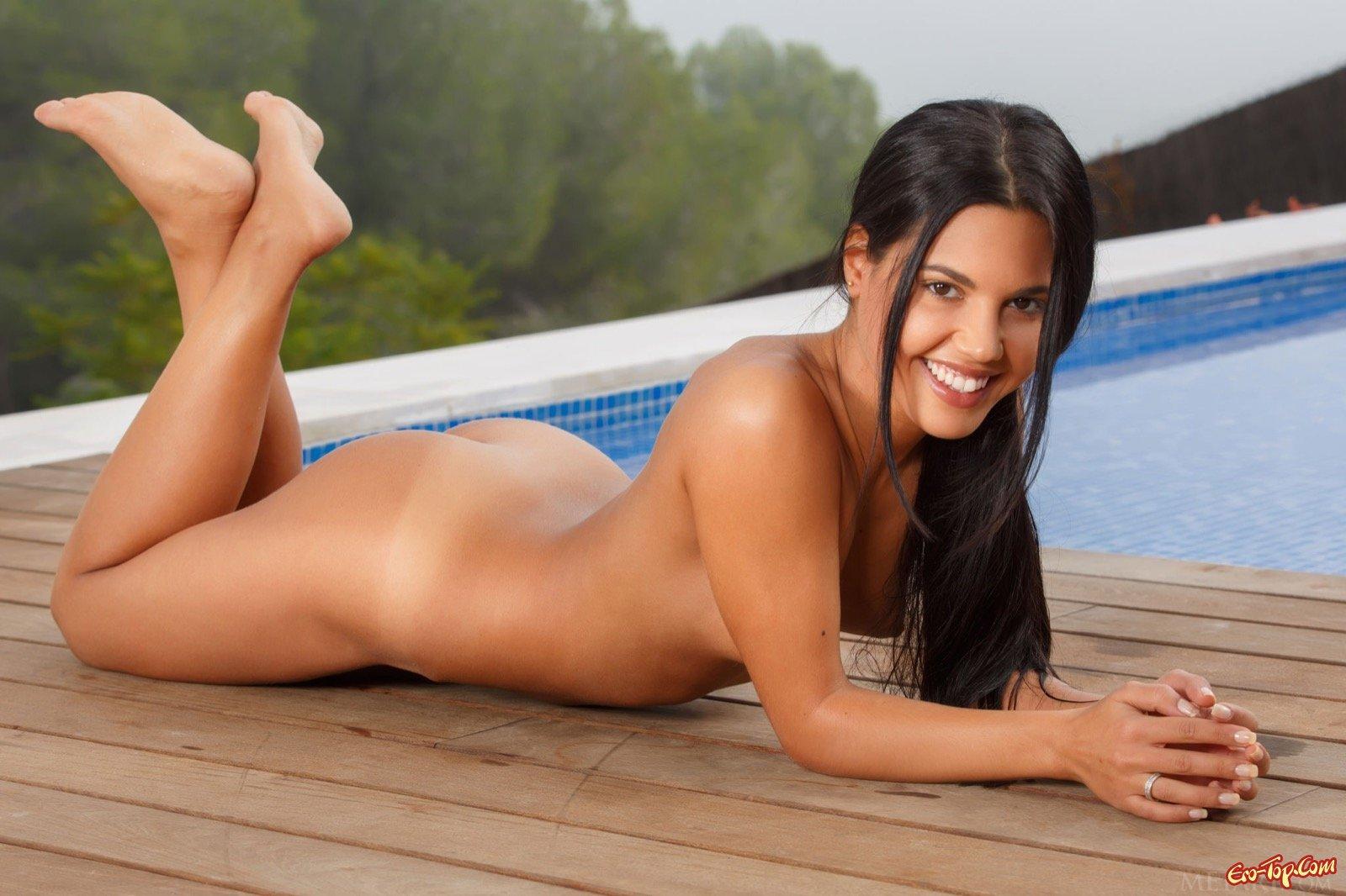 Брюнеточка с плоскими сиськами у бассейна смотреть эротику