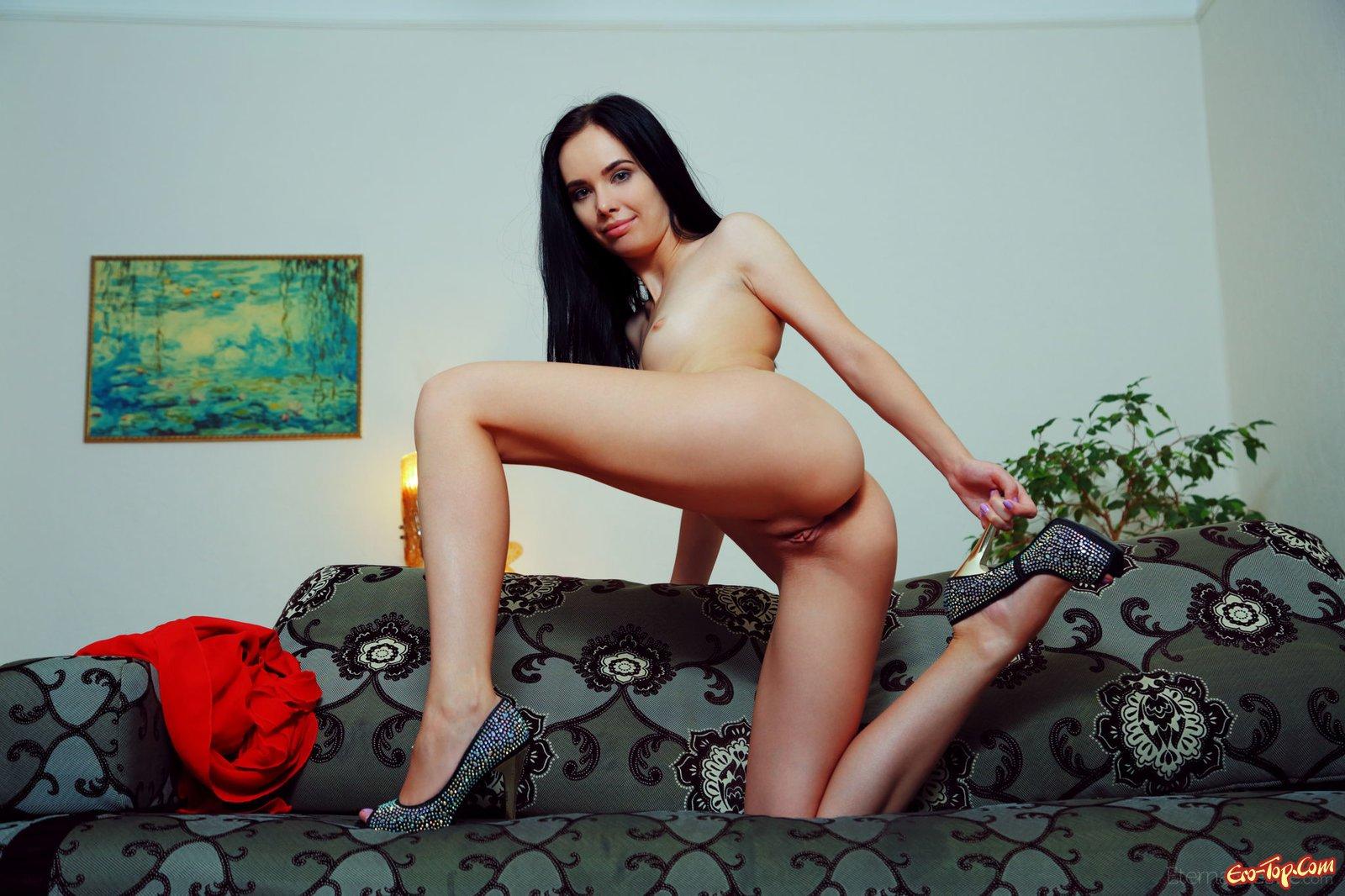 Брюнетка с наслаждением показывает выбритую вагину
