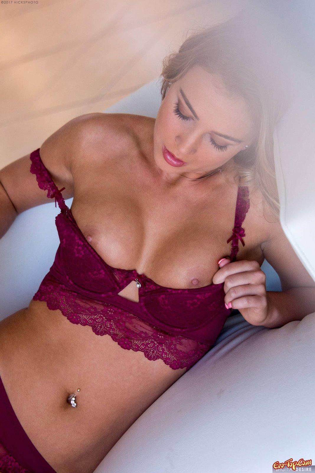 Восхитительная блонди с шикарными ягодицами