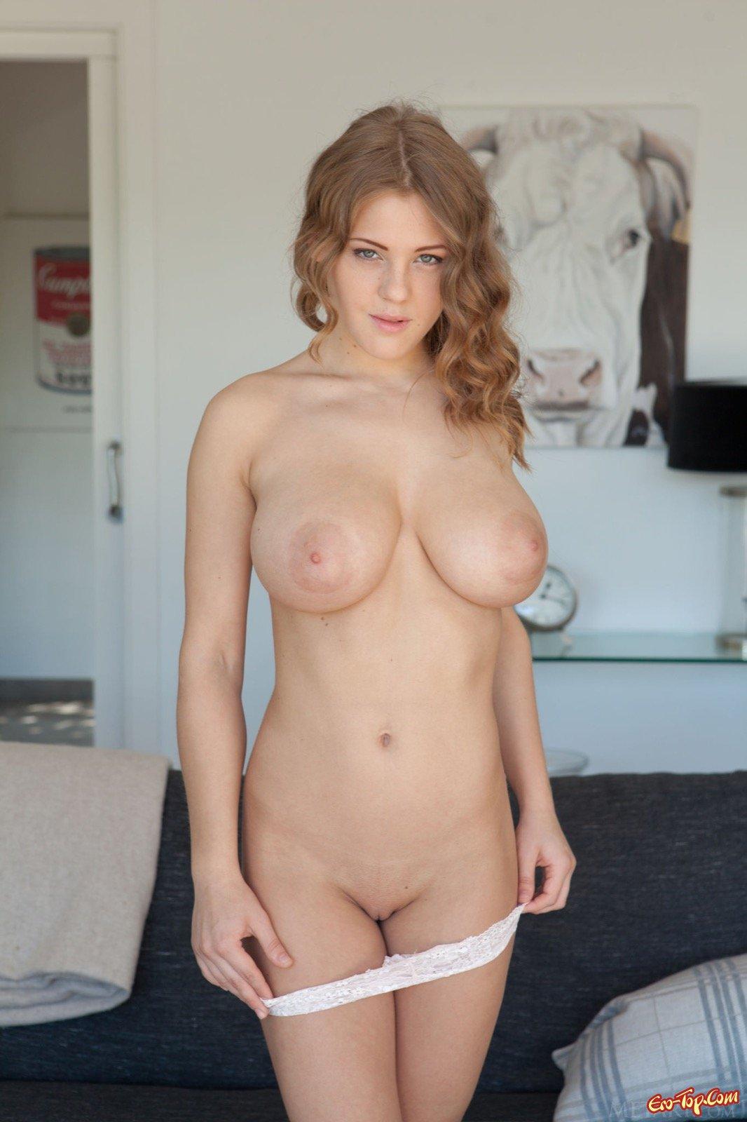 Титястая деваха засвечивает письку для порно журнала секс фото