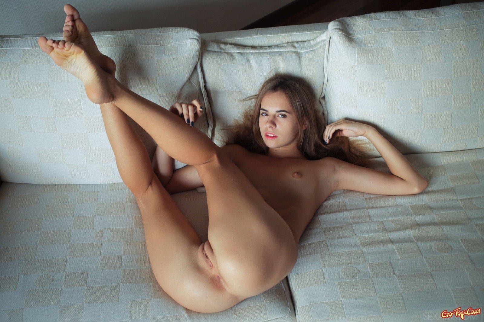Голенькая девушка с сексуальной писькой на диване