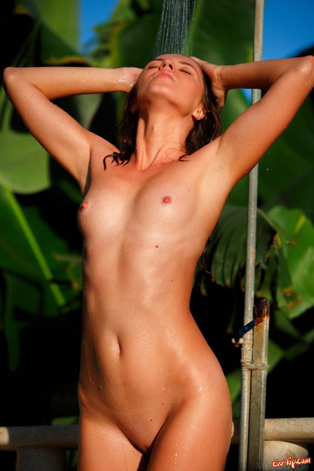 Возбуждающая няшка с голенькой жопой в бассейне секс фото