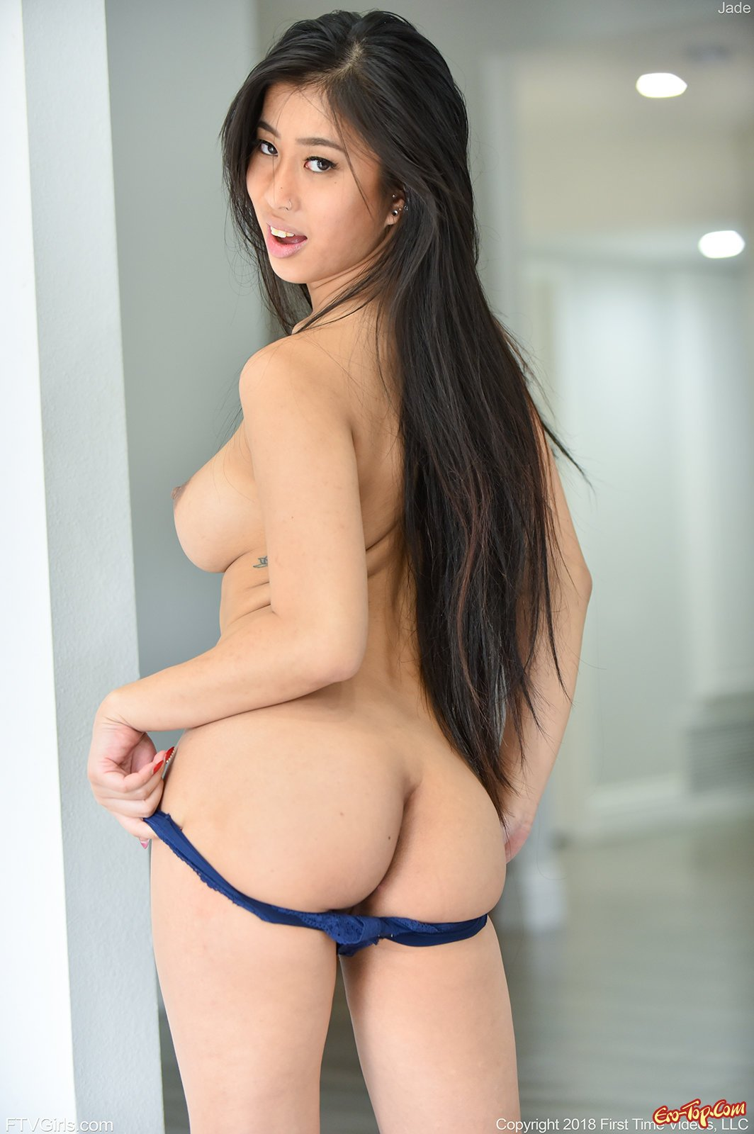 Красивая азиатка с шикарными дойками без белья