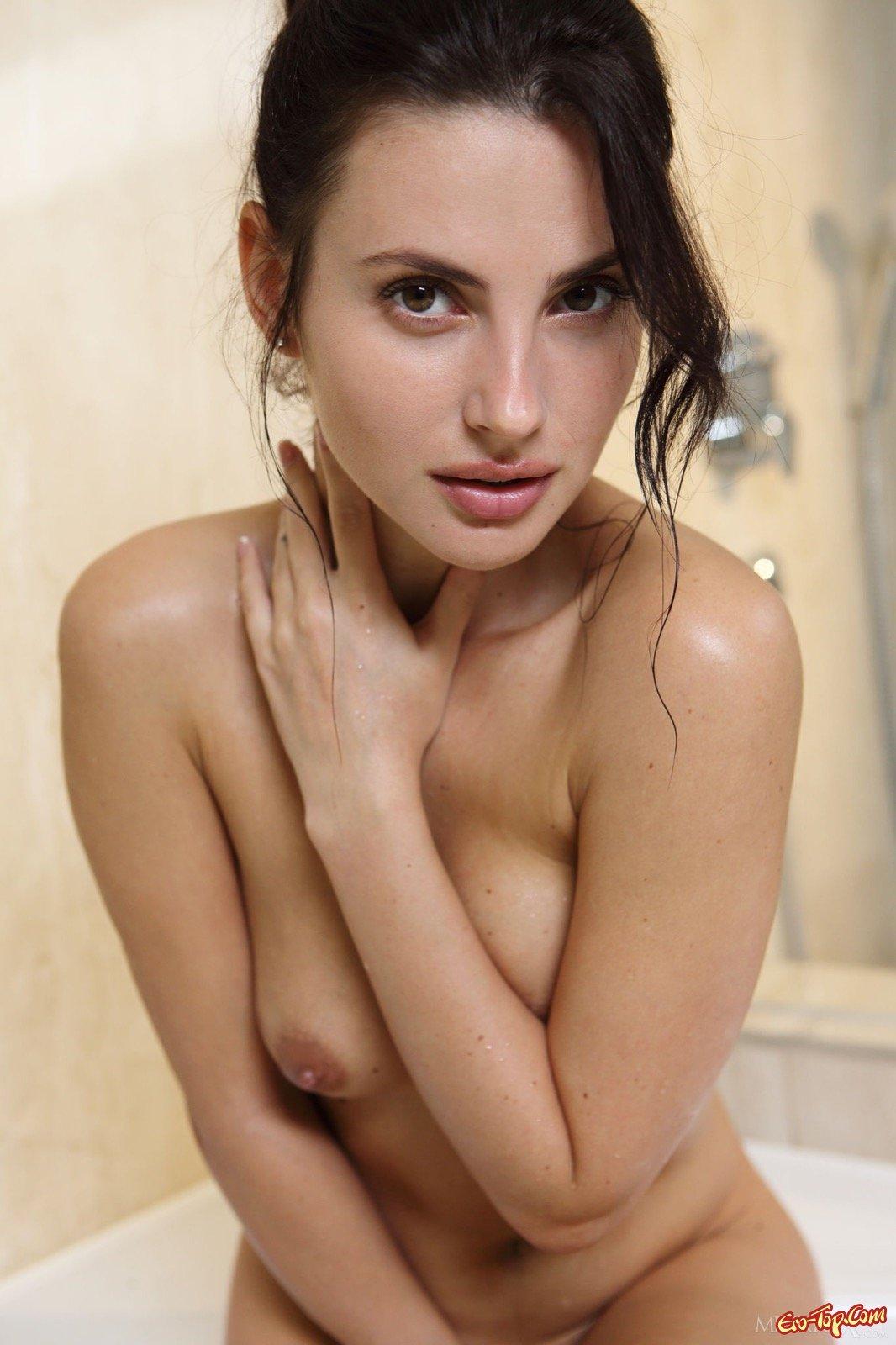 Страстная голая брюнетка в ванной