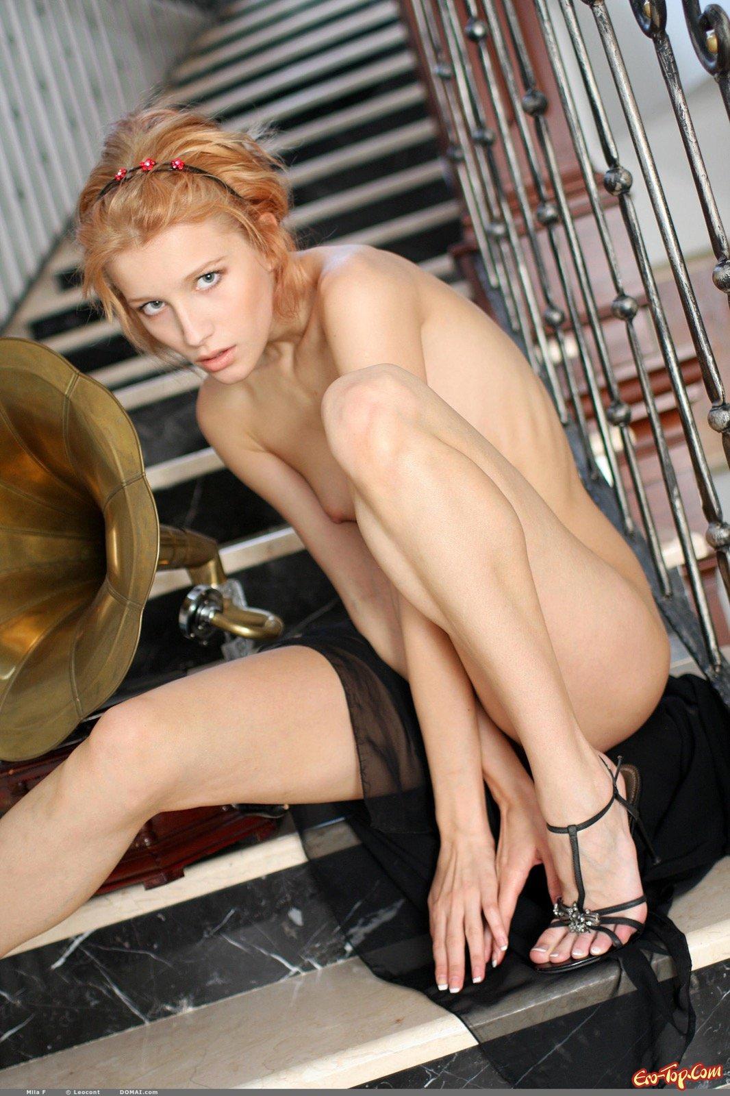 Изумительная стройная блондинка обнажилась на ступеньках