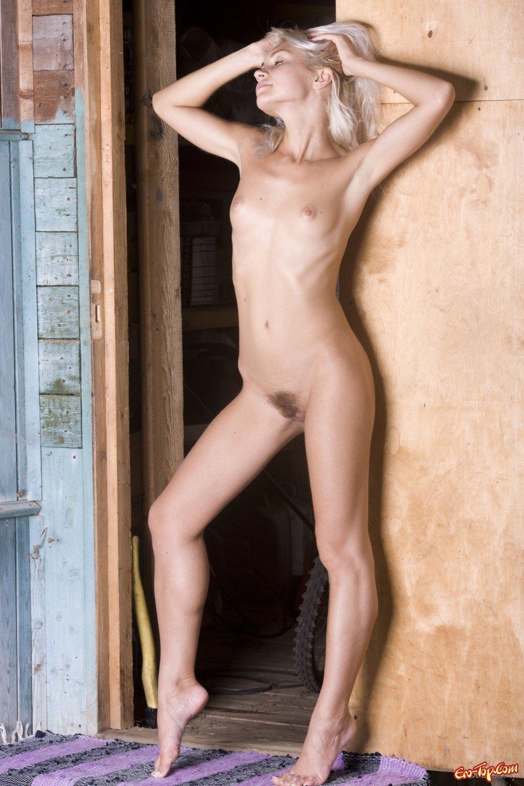 Голенькая белокурая девица с волосатым лобком