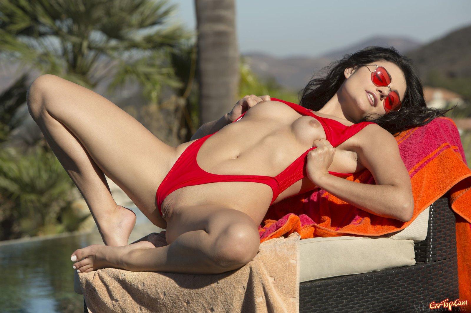 Шатенка в купальнике с без одежды сисями смотреть эротику