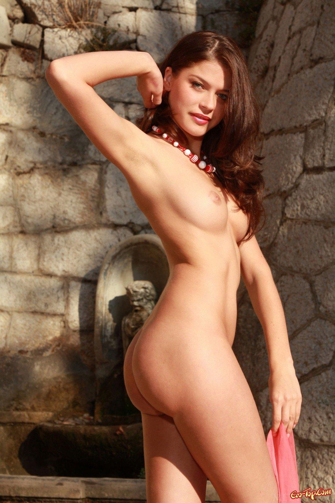Шатенка с волосатой писькой и упругой грудью