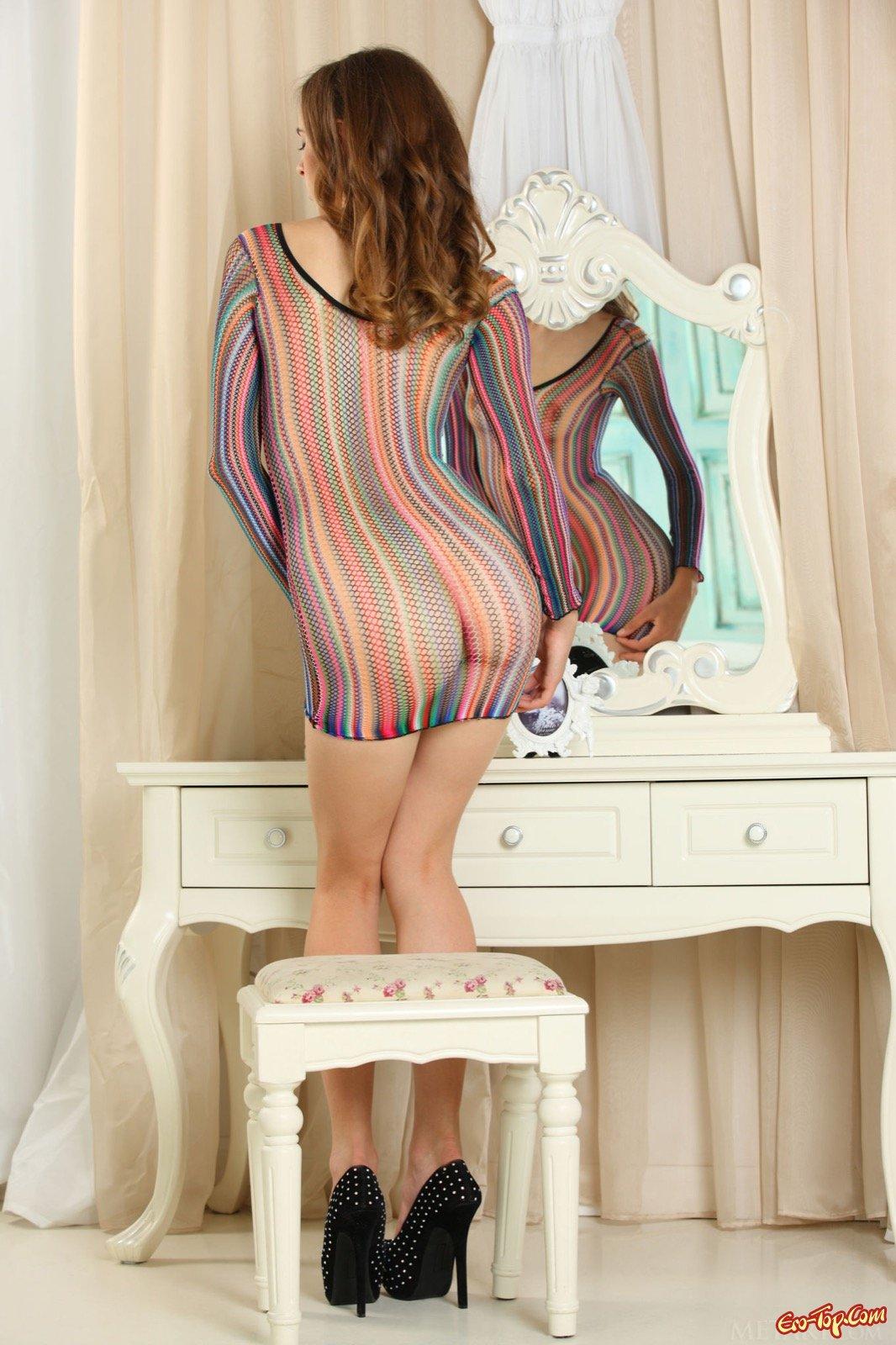 Худенькая девушка в прозрачном платье на голое тело