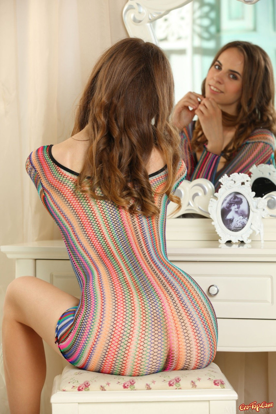 Худосочная баба в прозрачном платье на обнаженные груди