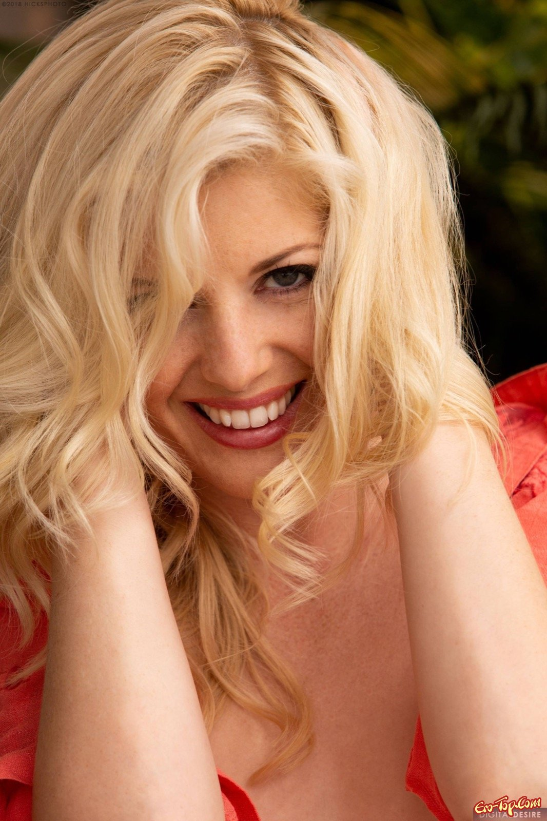 Обворожительная блондинка грациозно стягивает трусы