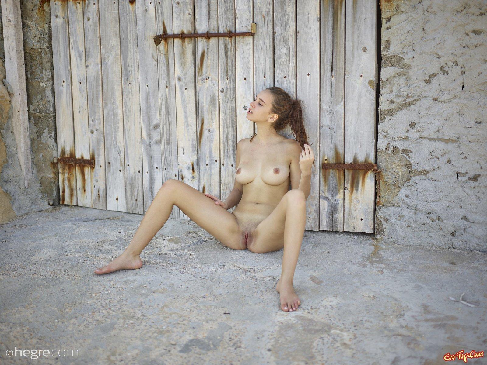 Голая деваха с натуральными сиськами в деревне