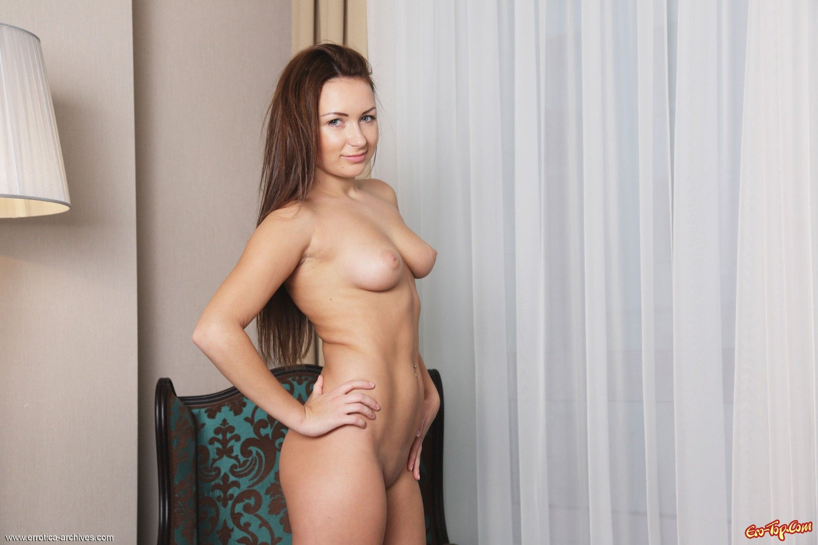 Голая молодая девица с сексуальной грудью и киской