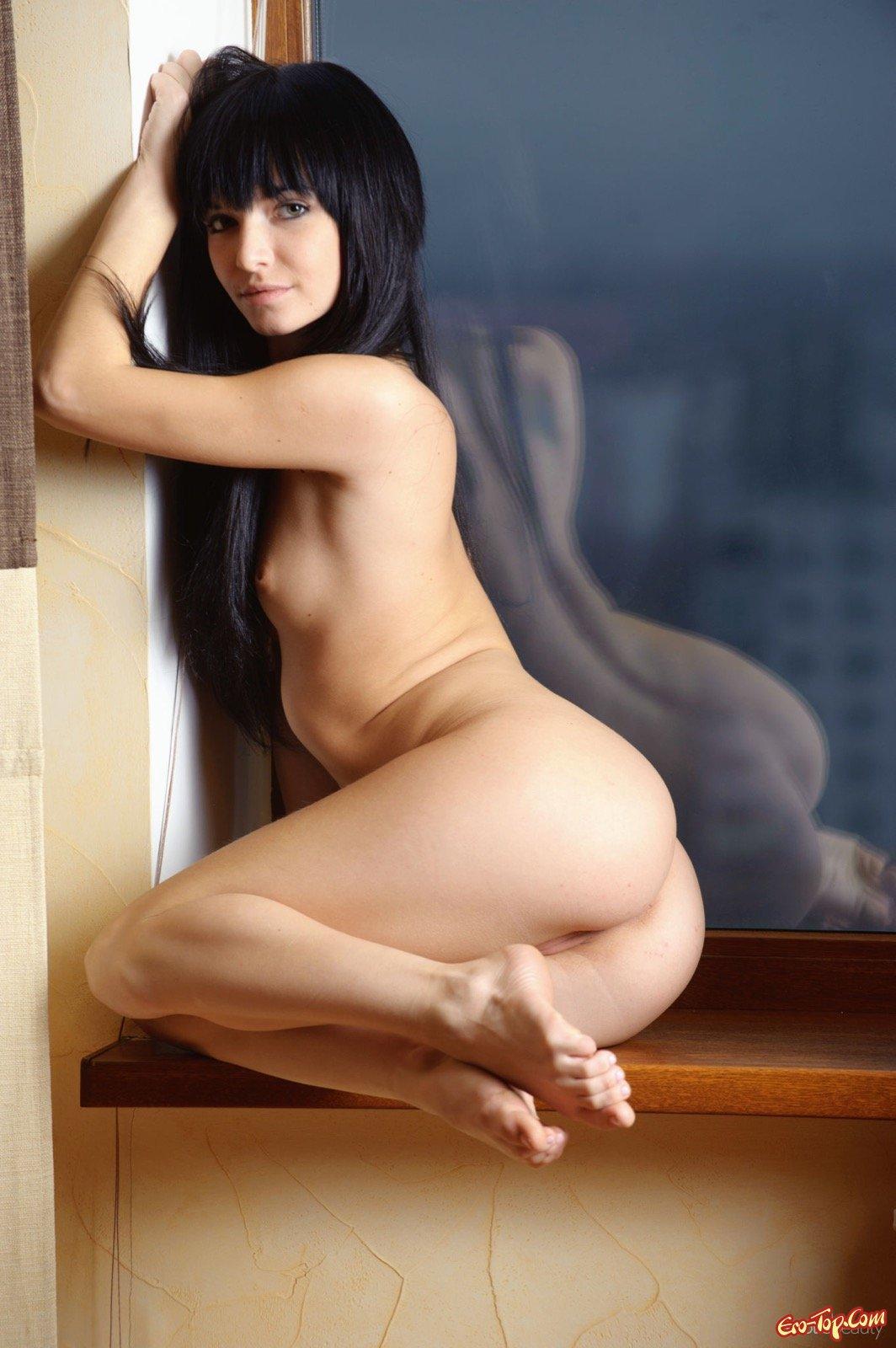 Красивая темноволосая леди с раздетым телом смотреть эротику