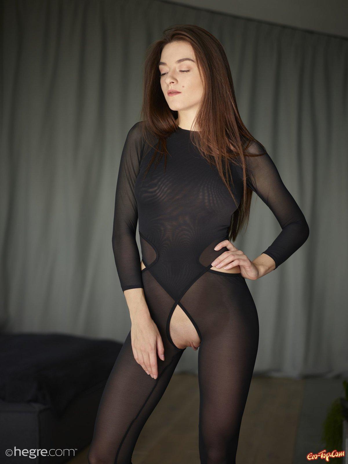 Сексапильная деваха позирует в капроновом костюме