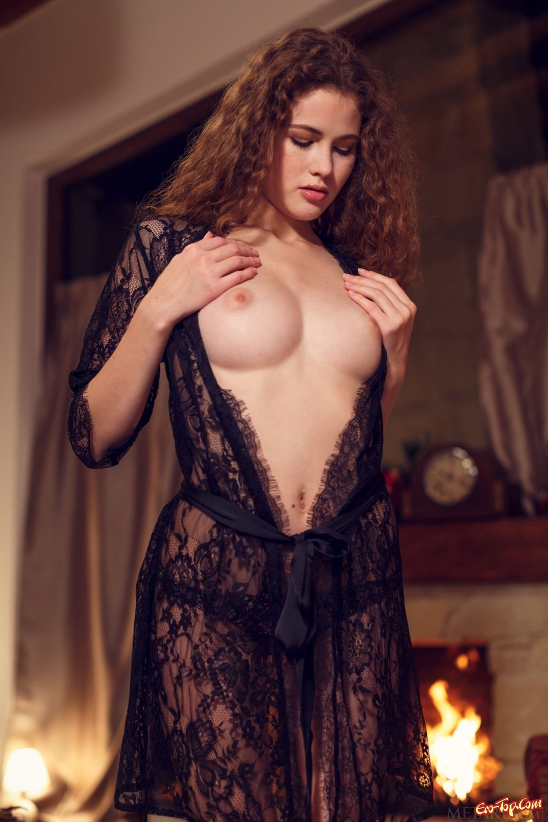 Кудрявая девица в кружевном халатике на голое тело