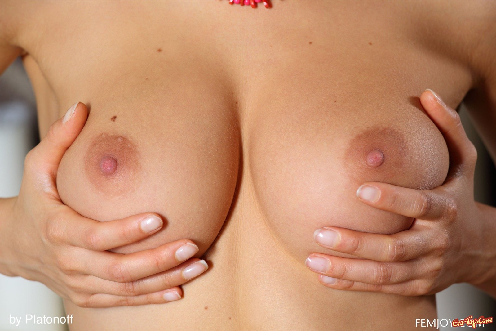 Белокурая голая девка с красивой грудью