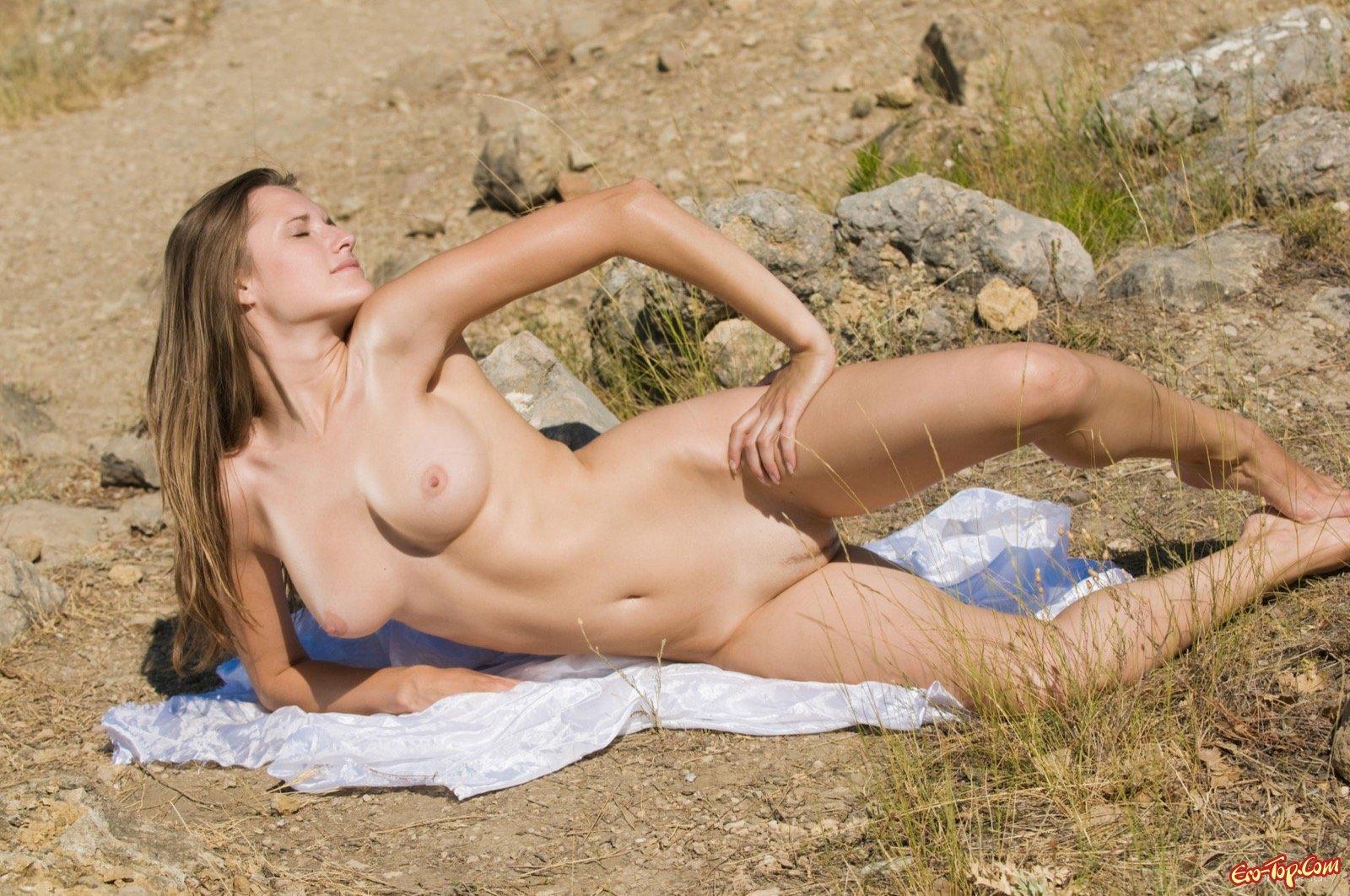 Раздетая сексуальная девушка на природе