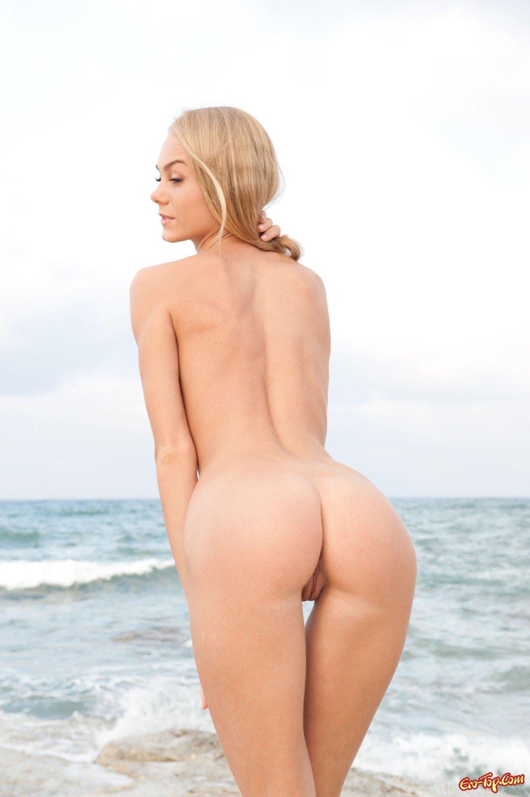 Роскошная светлая порноактриса сняла платье на берегу моря