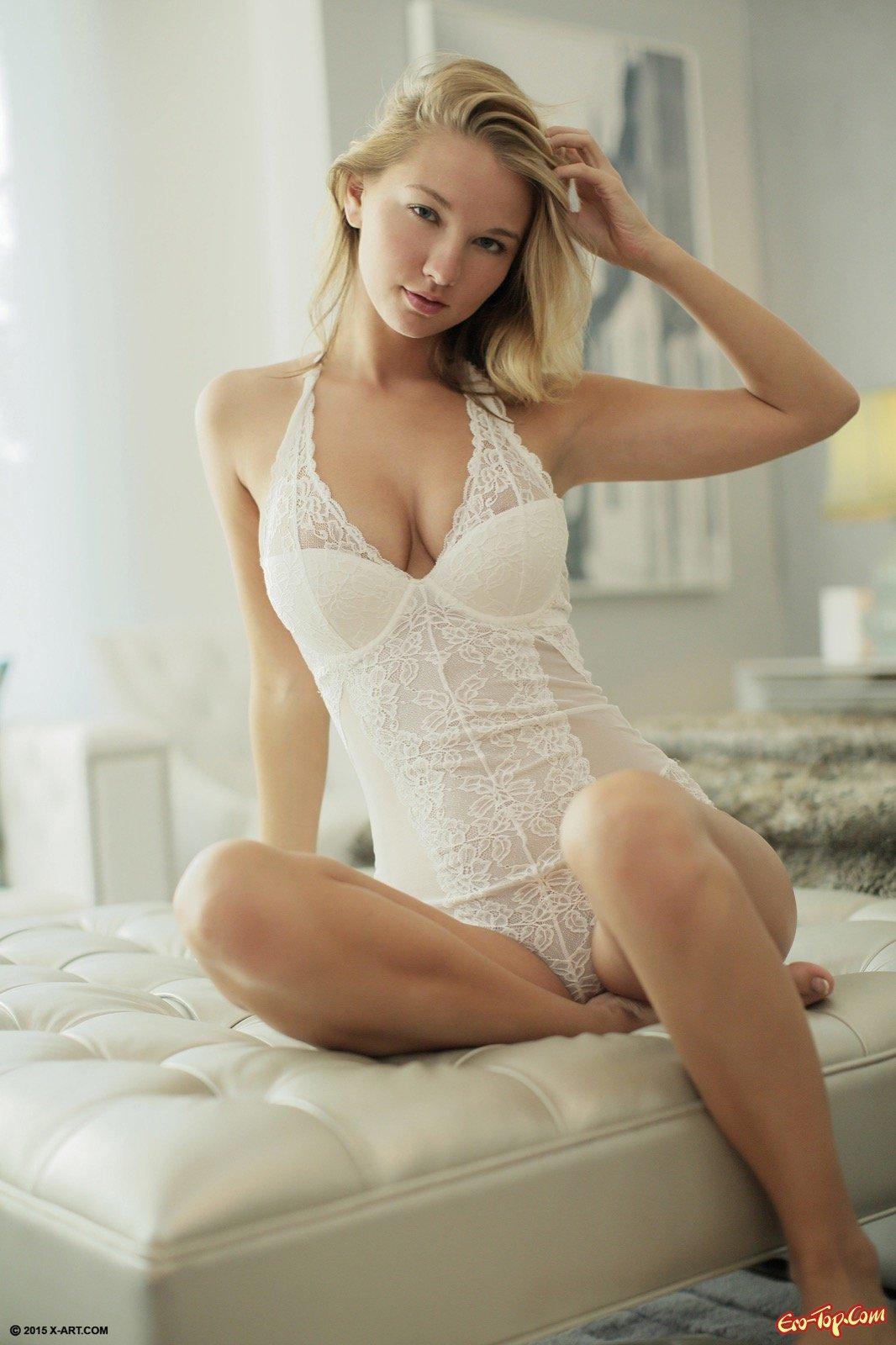 Светловолосая красотка с сексуальным телом на диване