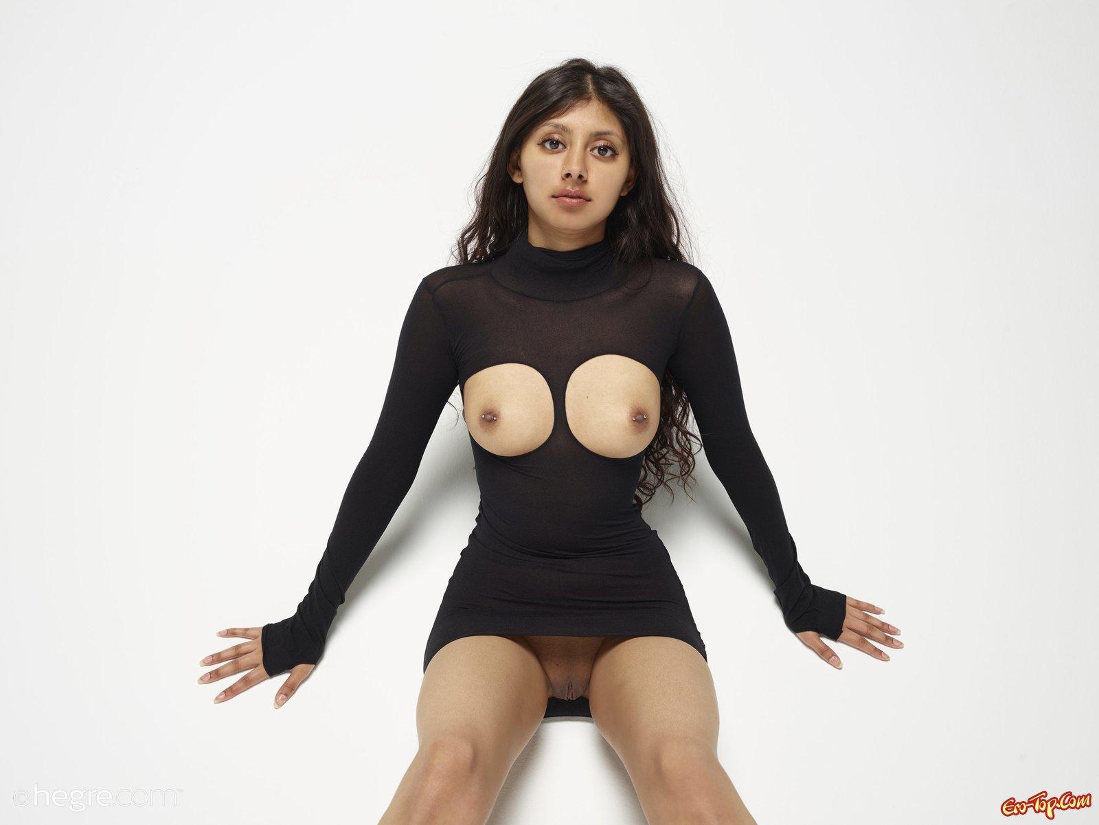 Смуглая девка в платье из секс шопа и без трусов
