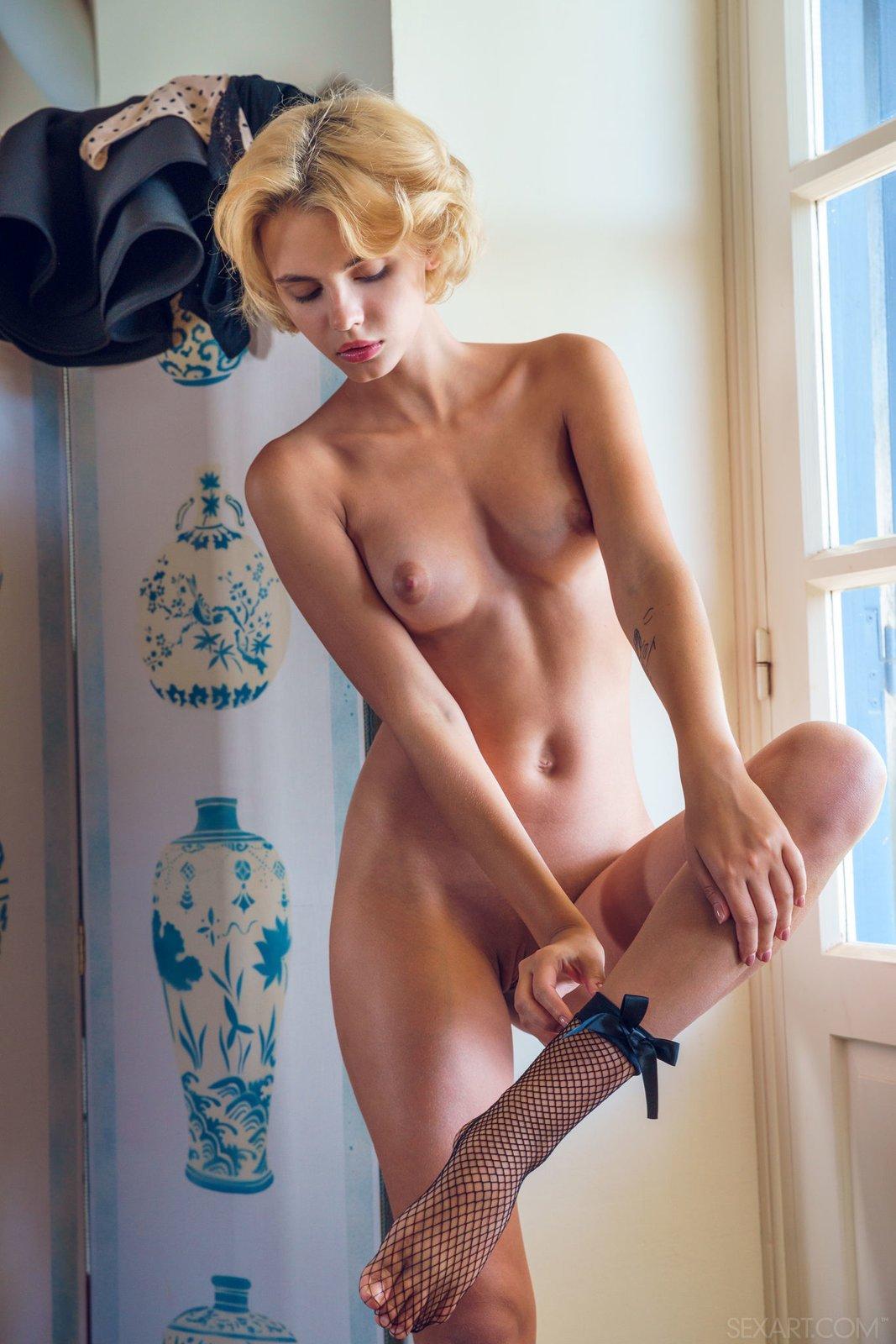 Элегантная блондинка в носочках оголилась у окна