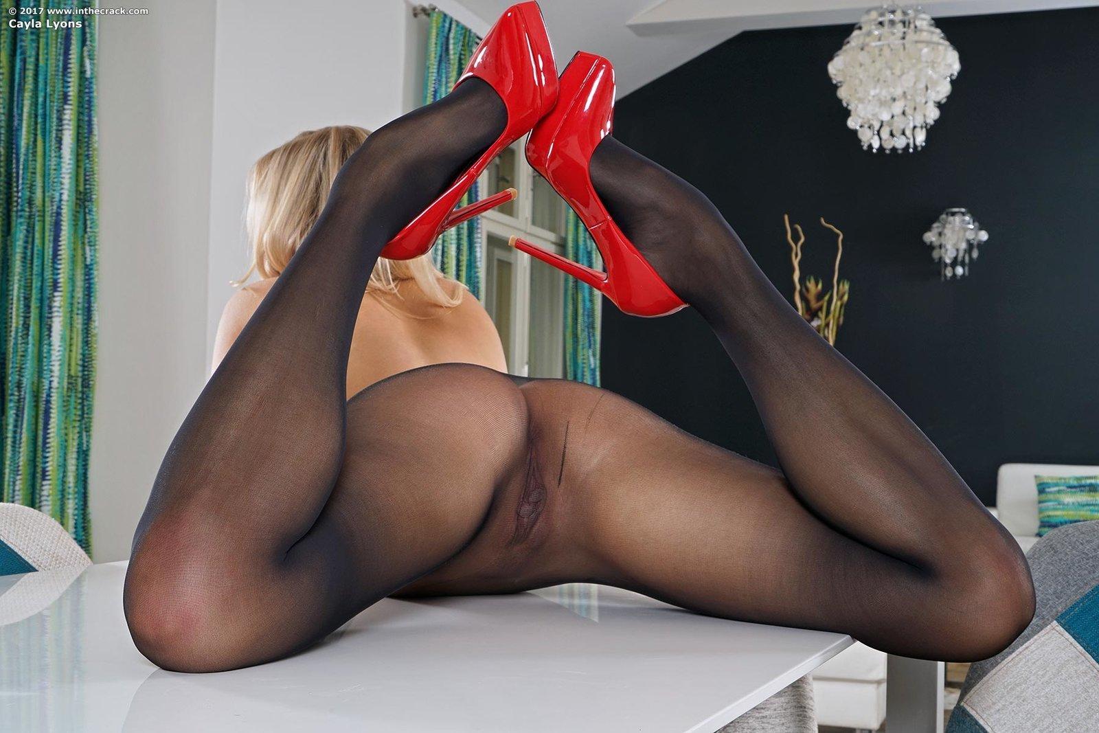 Симпатичная девушка в туфлях и колготках на голое тело смотреть эротику