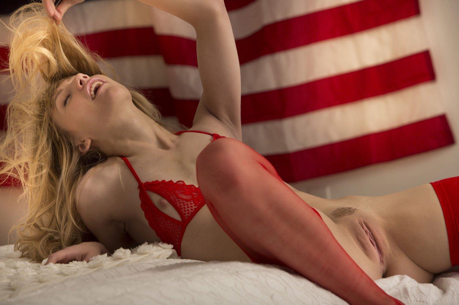 Милая американка в носках похвастать писю на постели