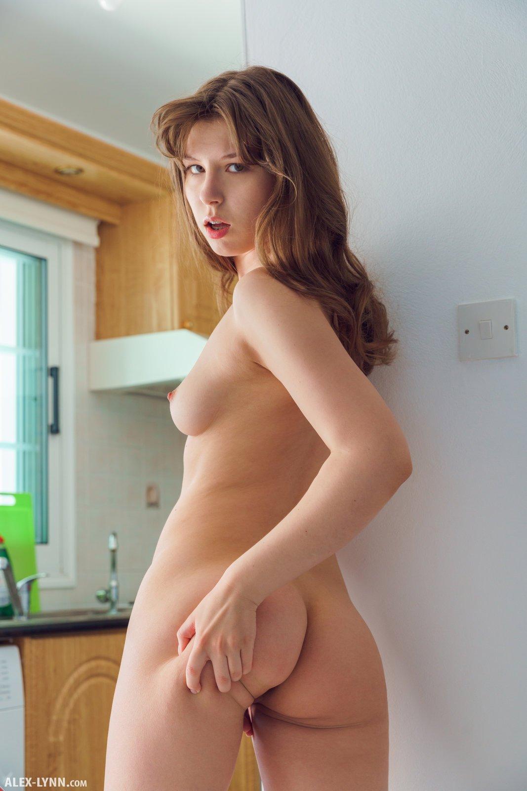 Голая домохозяйка массирует себя пальцами на кухне