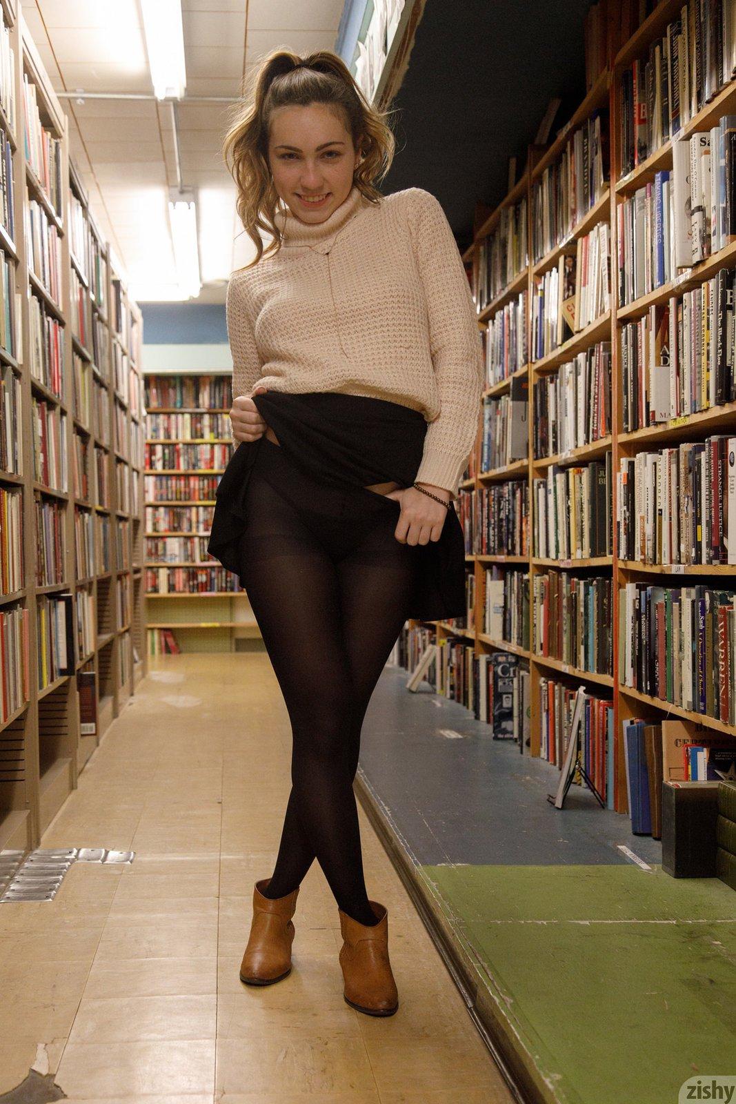Милая девица в юбке показала попку и сиськи в библиотеке