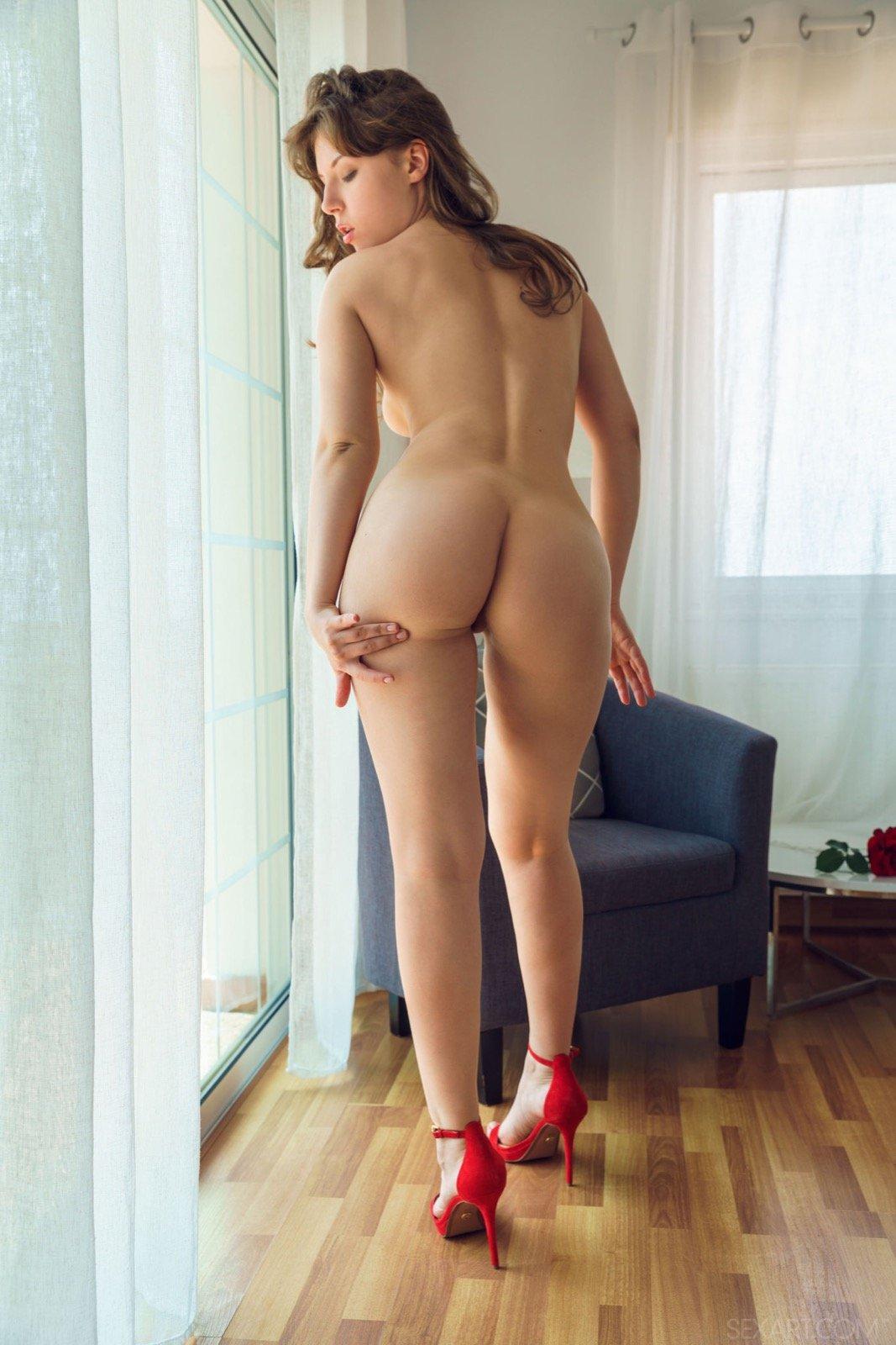 Девушка с большой попой позирует голая в туфлях